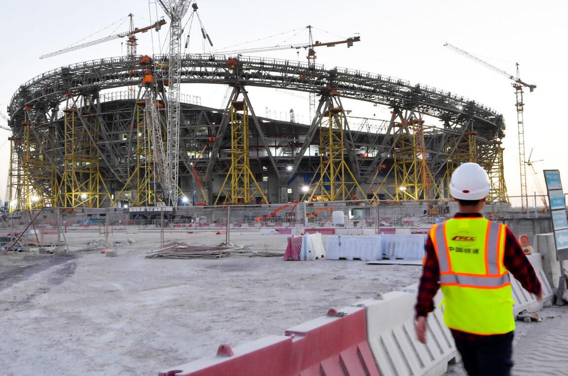 Un travailleur sur un chantier de construction d'un stade au Qatar. Photo Icon Sport