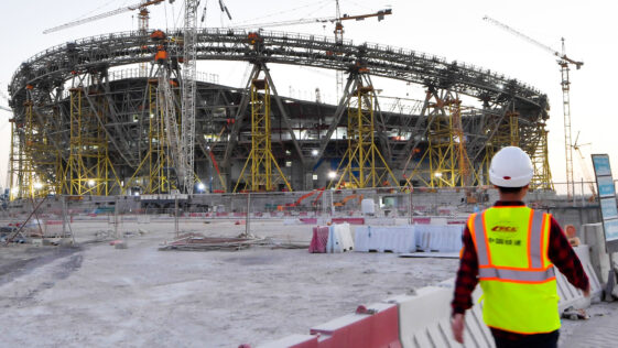 Un travailleur sur un chantier de construction d'un stade au Qatar. Photo Icon Sport