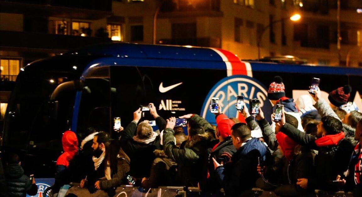 Les supporters du PSG ont accueilli le bus du club dans une ambiance digne des grands soirs ! Icon Sport
