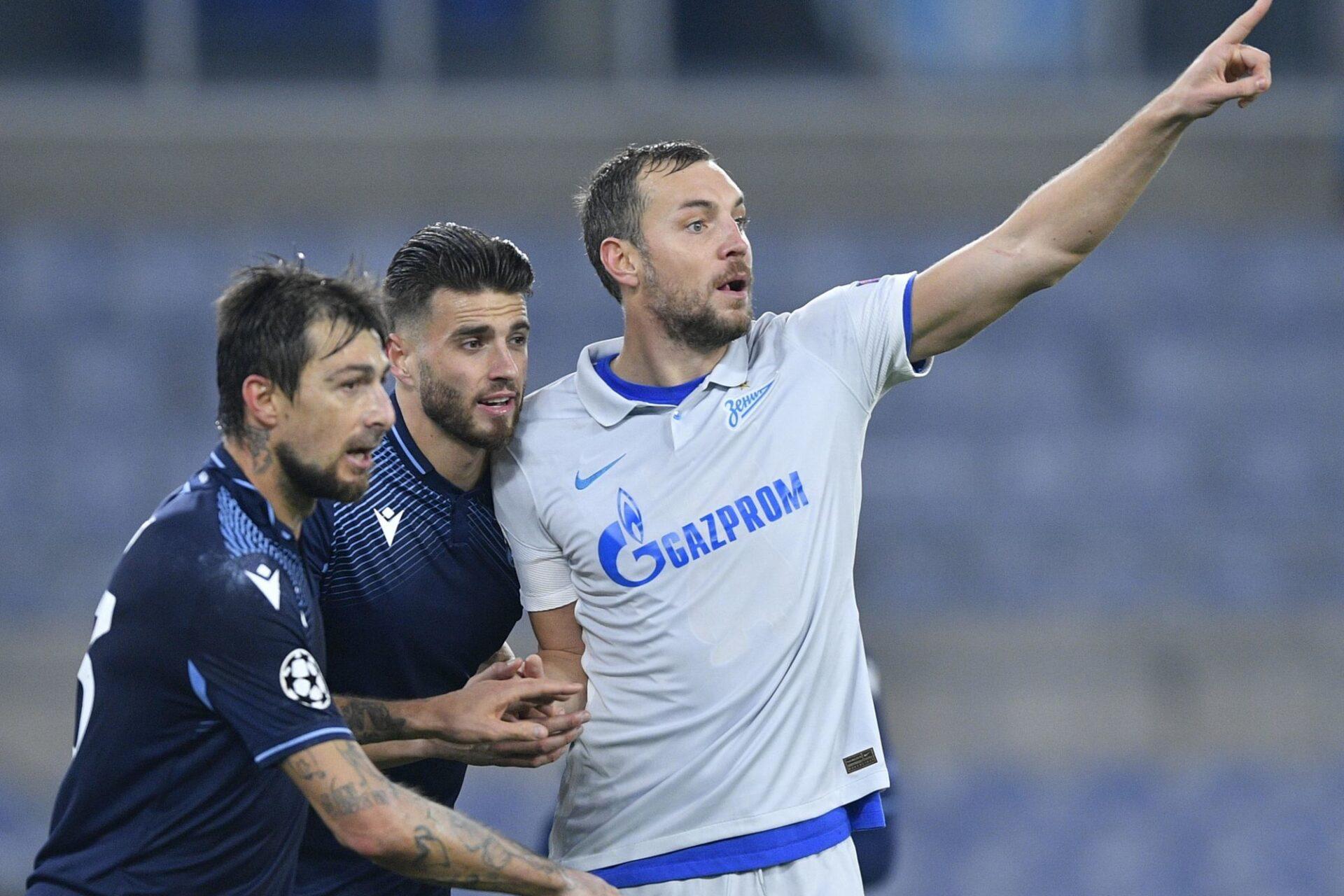 Des joueurs de la Lazio encerclent Artem Dzuba, l'attaquant du Zénith, lors du match de Ligue des champions entre les deux équipes en novembre dernier. Icon Sport