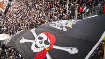 La tête de mort sur un drapeau pirate, l'emblème du club du Sankt Pauli... marqué très à gauche. Icon Sport