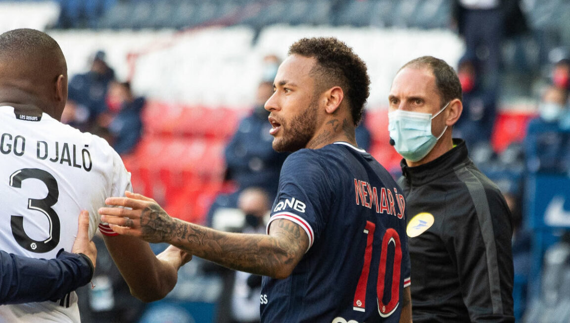 Neymar et Tiago Djalo se sont sévèrement chauffés lors du match entre le PSG et Lille (0-1), samedi 3 avril. Icon Sport