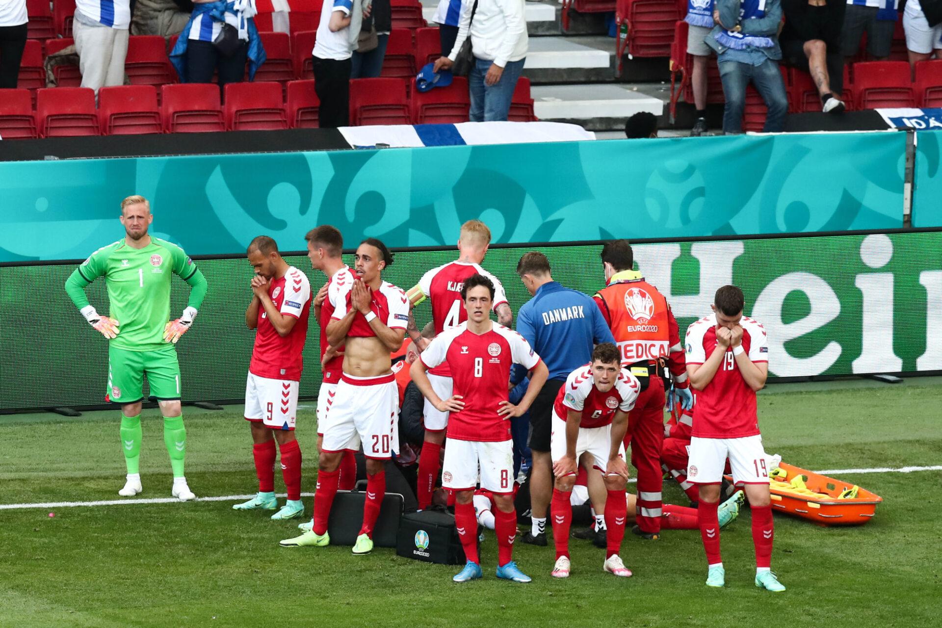 Christian Eriksen, entouré par ses coéquipiers, est secouru par l'équipe médicale. Icon Sport