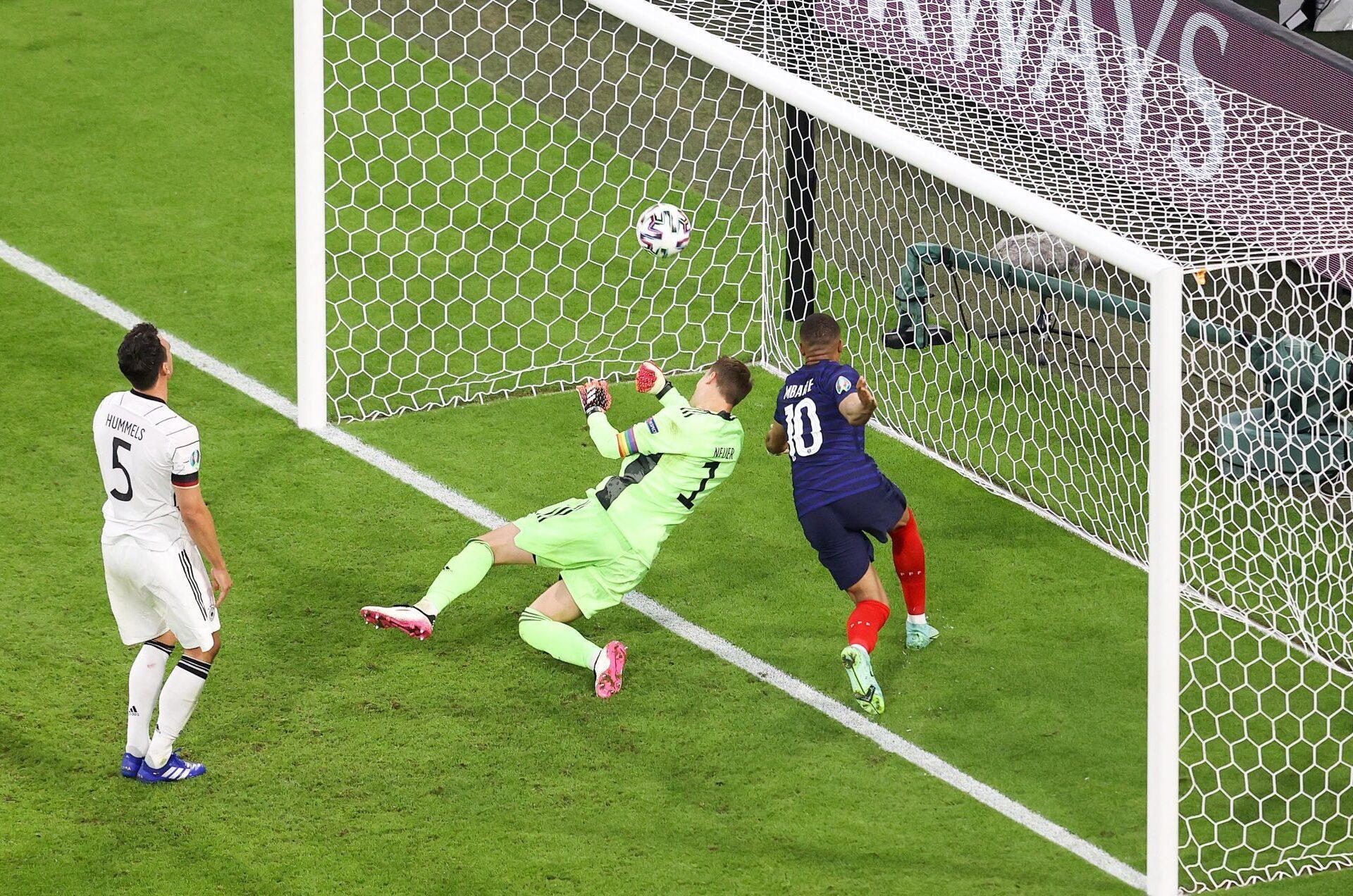 Mats Hummels marque contre son camp sous les yeux de Kylian Mbappé : le seul but de la rencontre. Icon Sport