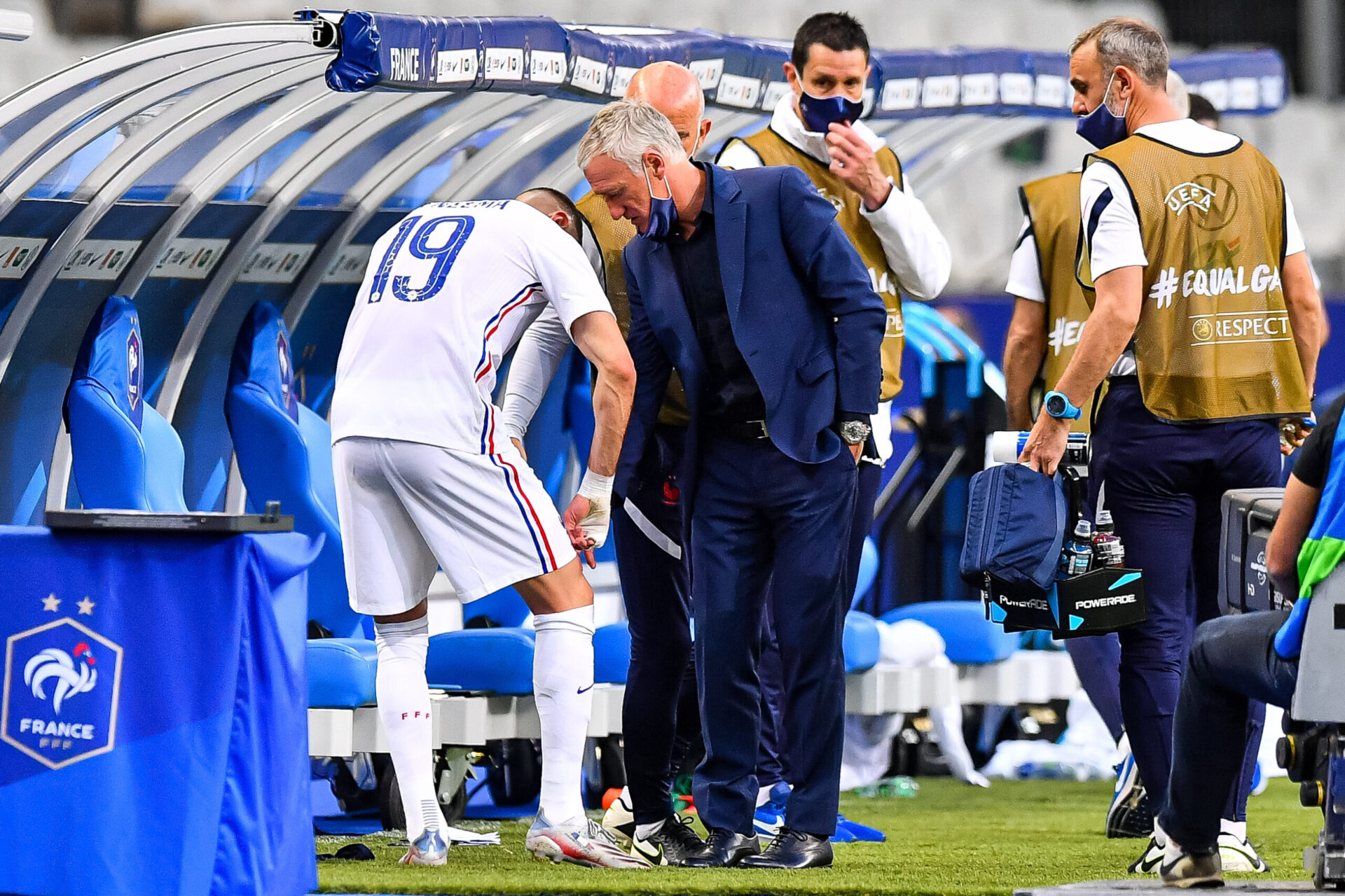 À la mi-temps puis à la fin du match, Didier Deschamps s'était montré rassurant au sujet de l'état de santé de Karim Benzema (iconsport)