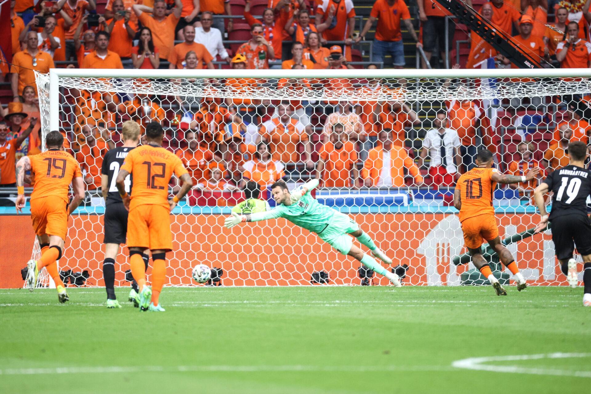 Sur penalty, Memphis Depay inscrit son premier but dans la compétition et met les Pays-Bas rapidement en tête (iconsport)