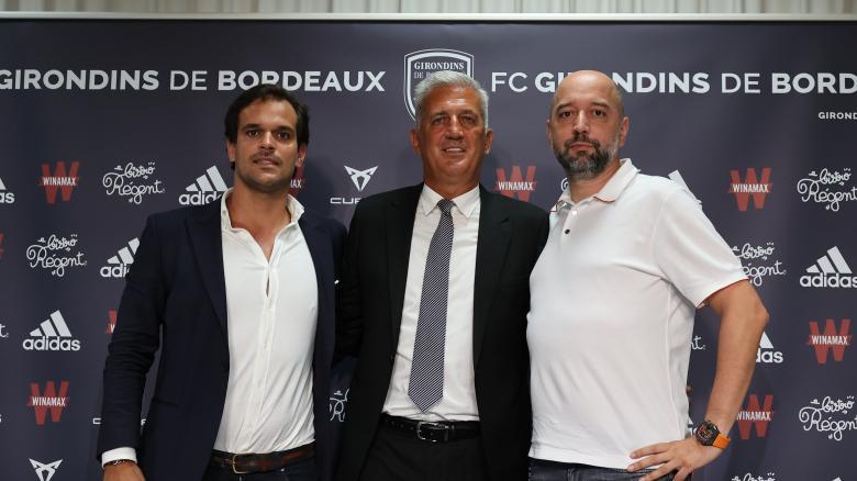 Vladimir Petkovic, aux côtés d'Admar Lopes et Gérard Lopez en salle de presse. FCGB