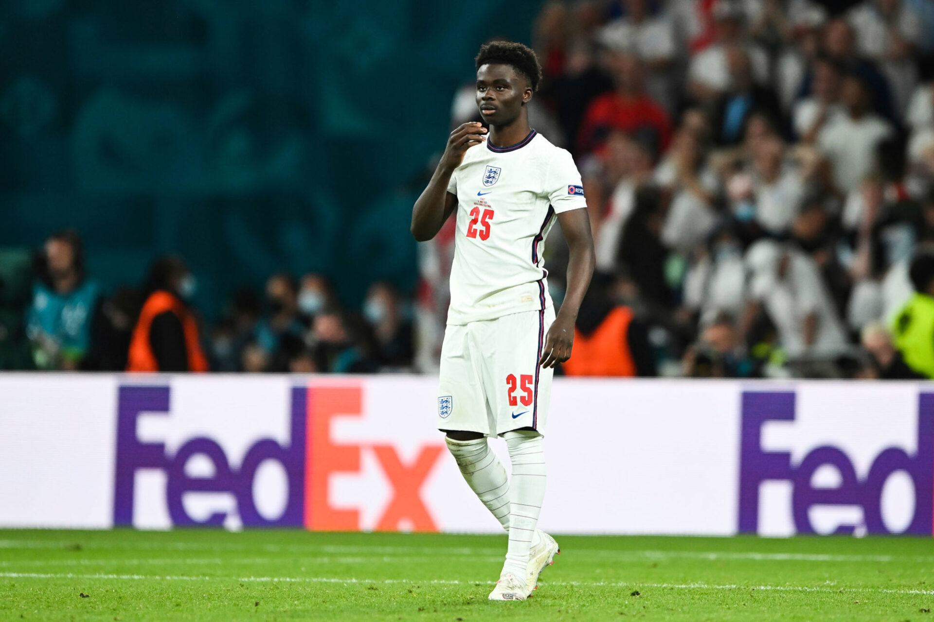 """Bukayo Saka incrédule après son tir au but raté. L'attaquant anglais était en """"souffrance"""", comme il l'a confié. Icon Sport"""