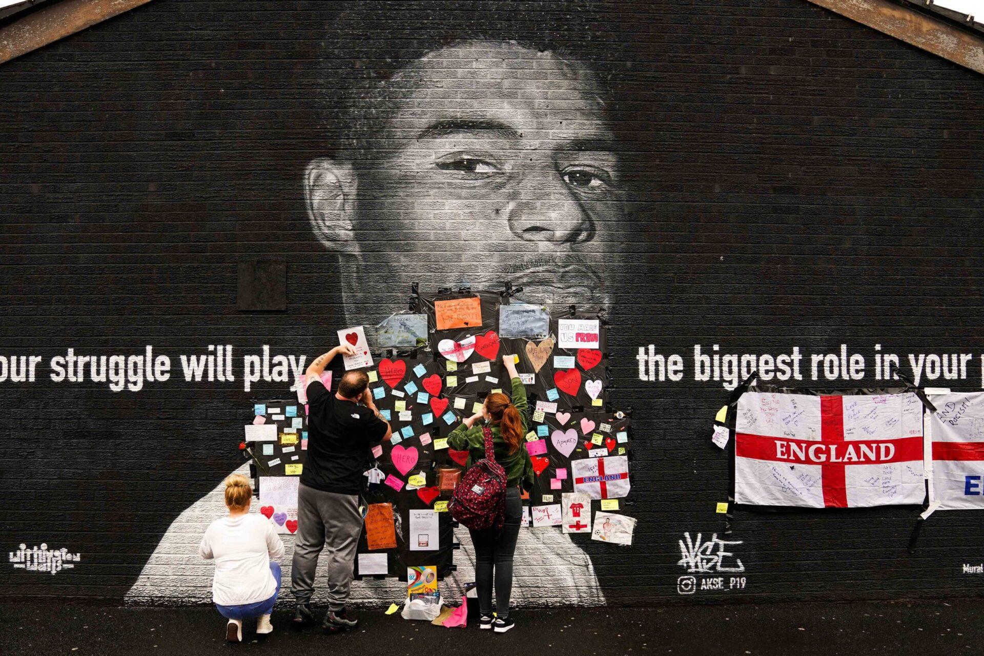 A Withington, dans le nord de l'Angleterre, les supporters anglais se sont mobilisés après la dégradation d'une fresque à l'effigie de Rashford (iconsport)