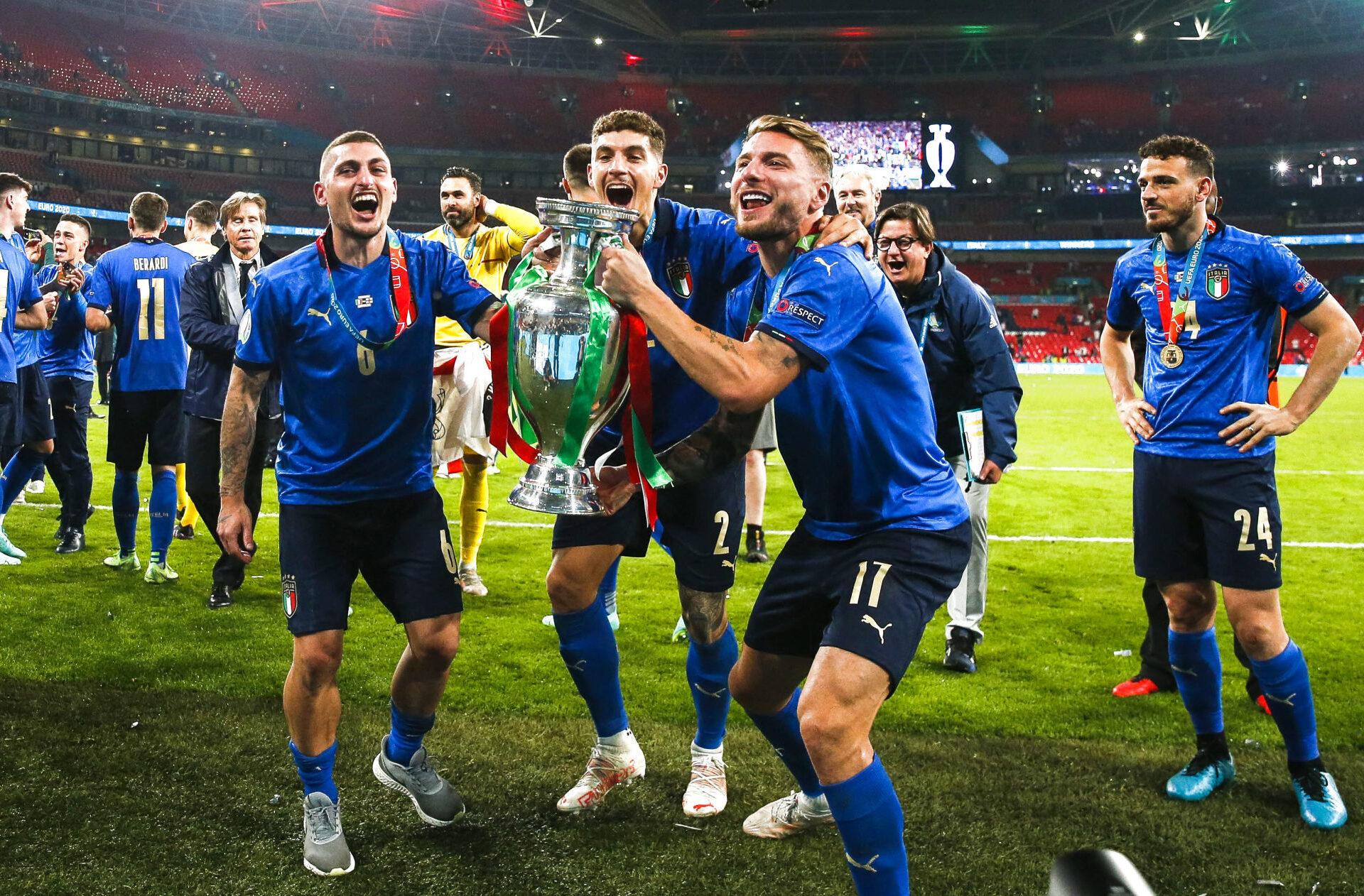 Ciro Immobile (à droite) brandit fièrement la Coupe d'Europe. Icon Sport