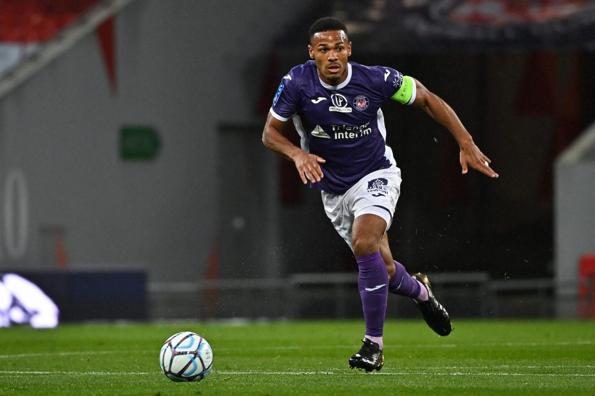 Malgré la relégation de Toulouse à l'été 2020, Kelvin Amian est resté chez les Violets. La saison passée, il a plusieurs fois porté le brassard de capitaine (iconsport)