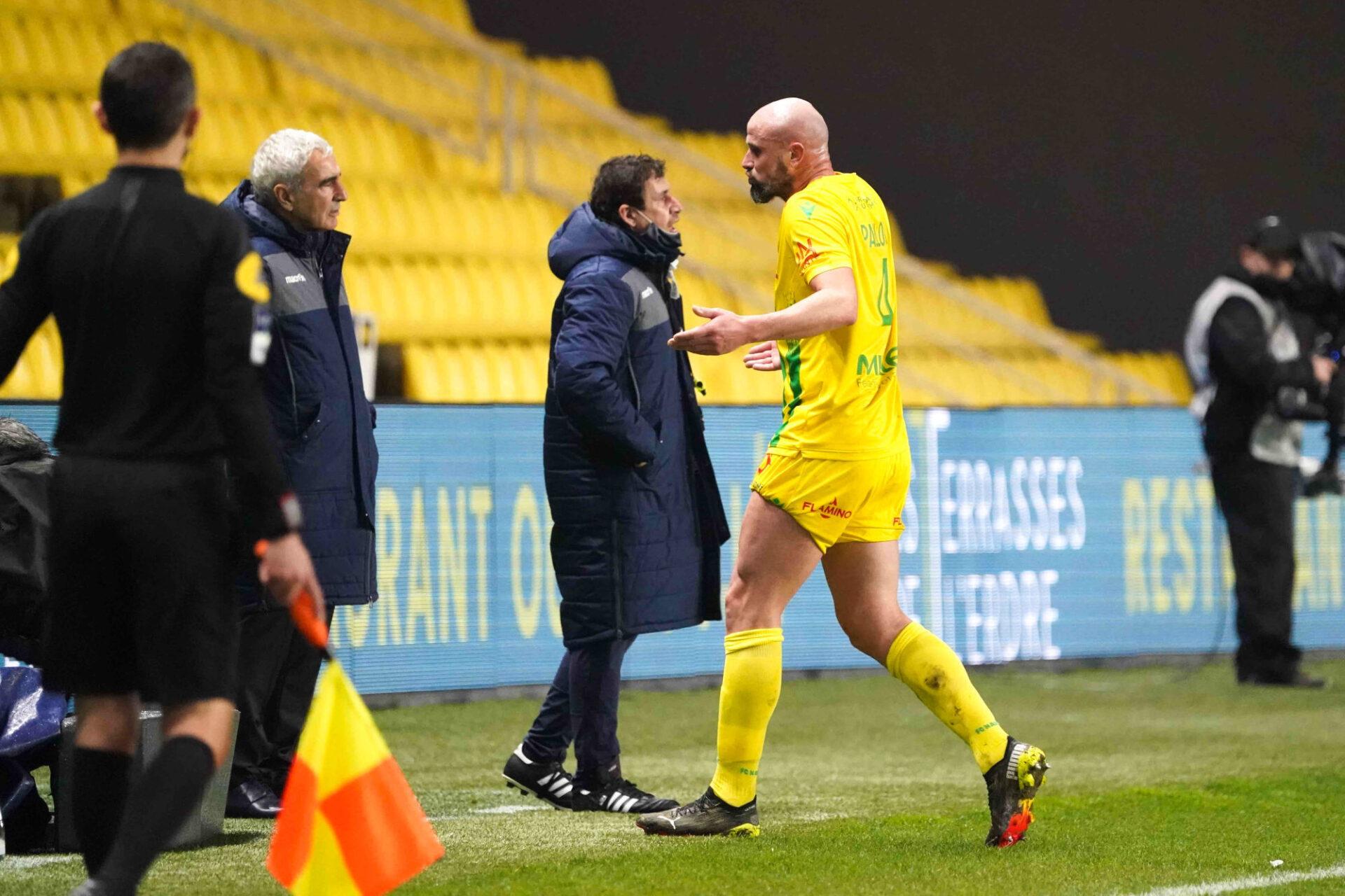 Nicolas Pallois ne semble pas comprendre ce que fait Raymond Domenech, mais l'ancien entraîneur de Nantes assure qu'il avait la situation en main. Icon Sport