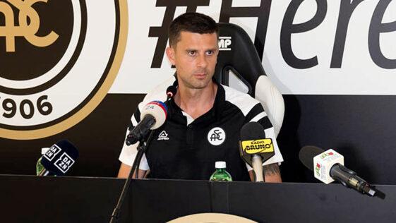 Tout juste nommé entraîneur de La Spezia, Thiago Motta a appris que le club avait été sanctionné de deux ans d'interdiction de recrutement par la FIFA en raison de transferts illégaux de mineurs (iconsport)