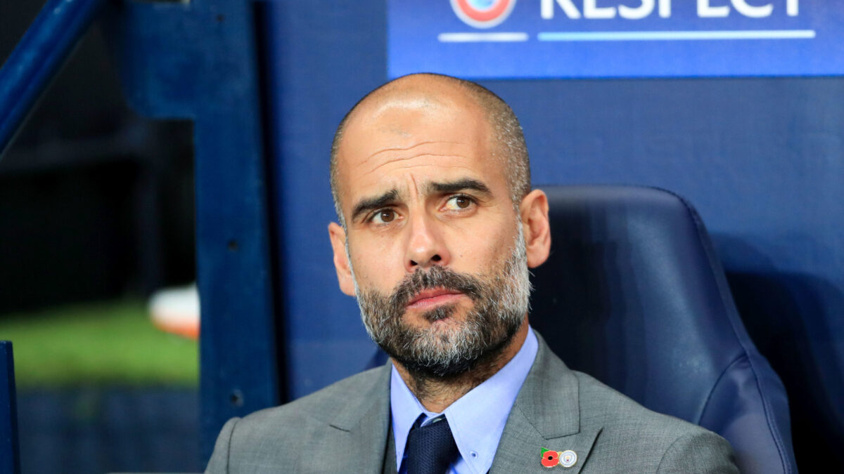 Pep Guardiola analysant le jeu des Citizens (Icon Sport)