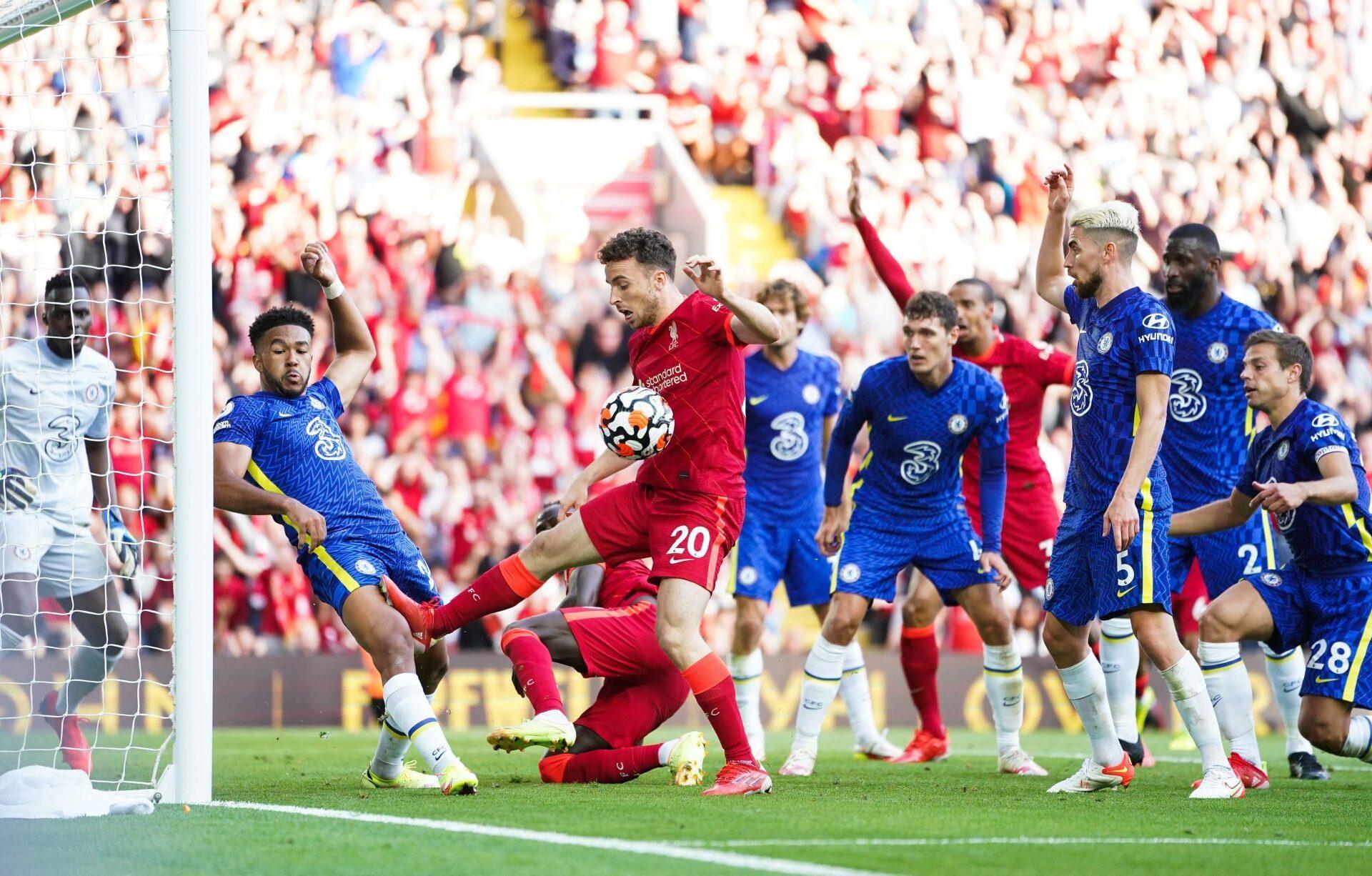 Reece James s'apprête à repousser du bras la tentative de Diogo Jota sur la ligne de but de Chelsea. Le jeune Anglais va ensuite être exclu et Mohamed Salah va transformer le penalty pour égaliser. Icon Sport