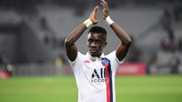 Idrissa Gana Gueye applaudissant son équipe parisienne (Icon Sport)