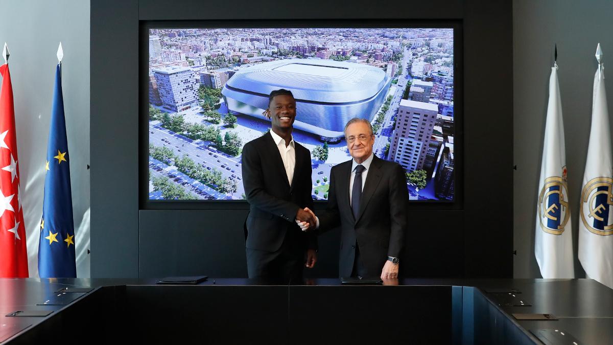 Eduardo Camavinga a effectué sa présentation au Real Madrid avec le président Florentino Pérez. Icon Sport