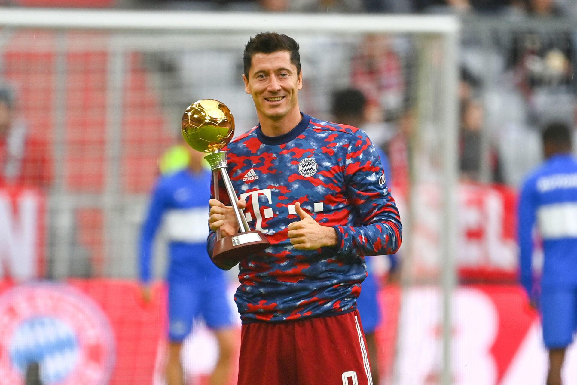 """Fin août, avant le coup d'envoi de la nouvelle saison, Robert Lewandowski avait déjà reçu son trophée de """"joueur de l'année"""" en Allemagne. Icon Sport"""