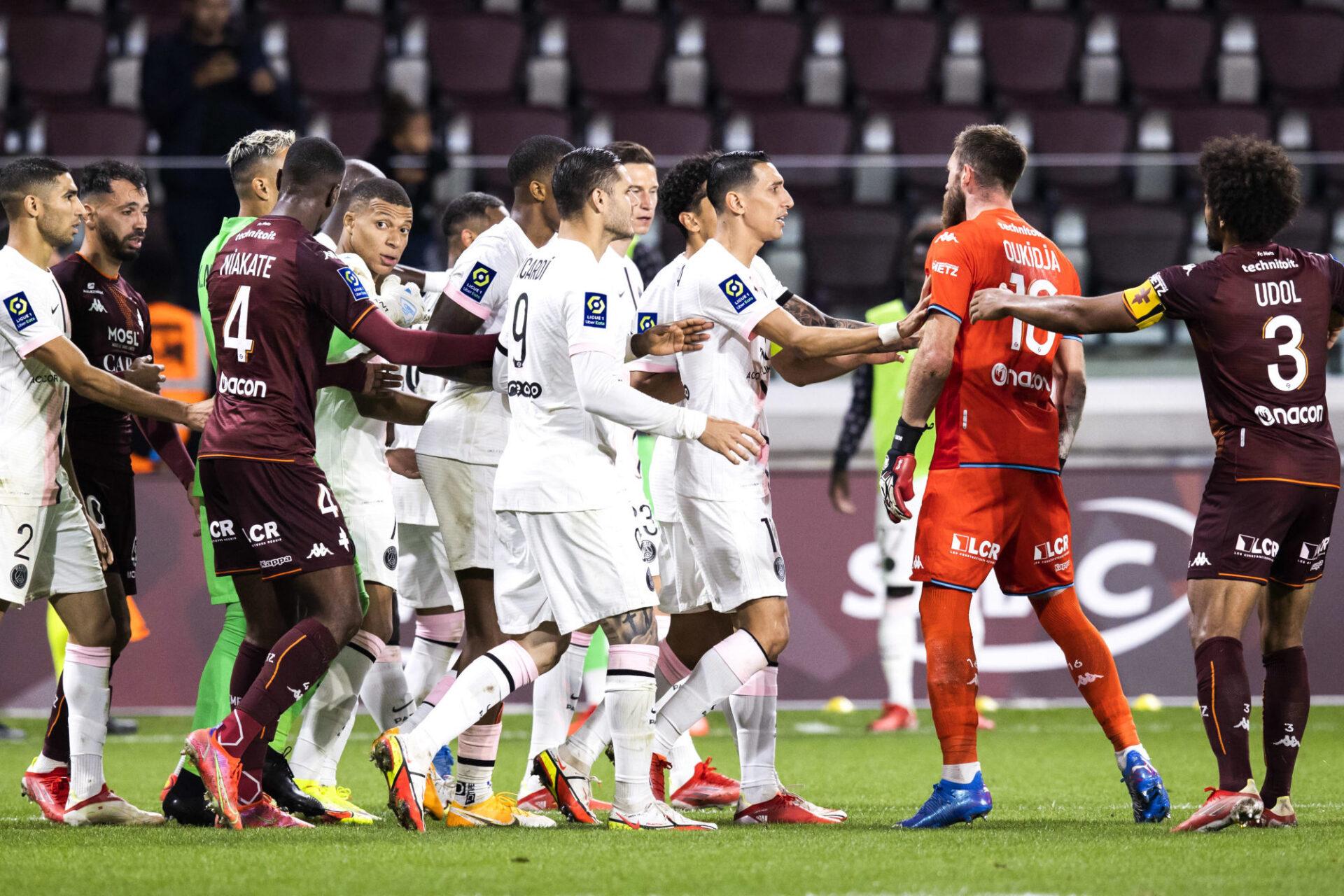Kylian Mbappé a eu maille à partir avec Alexandre Oukidja, le gardien de Metz, à la fin du match entre le PSG et les Grenats, mercredi 22 septembre. Icon SPort