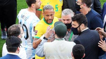 Neymar en discussion lors du match interrompu entre le Brésil et l'Argentine (IconSport)