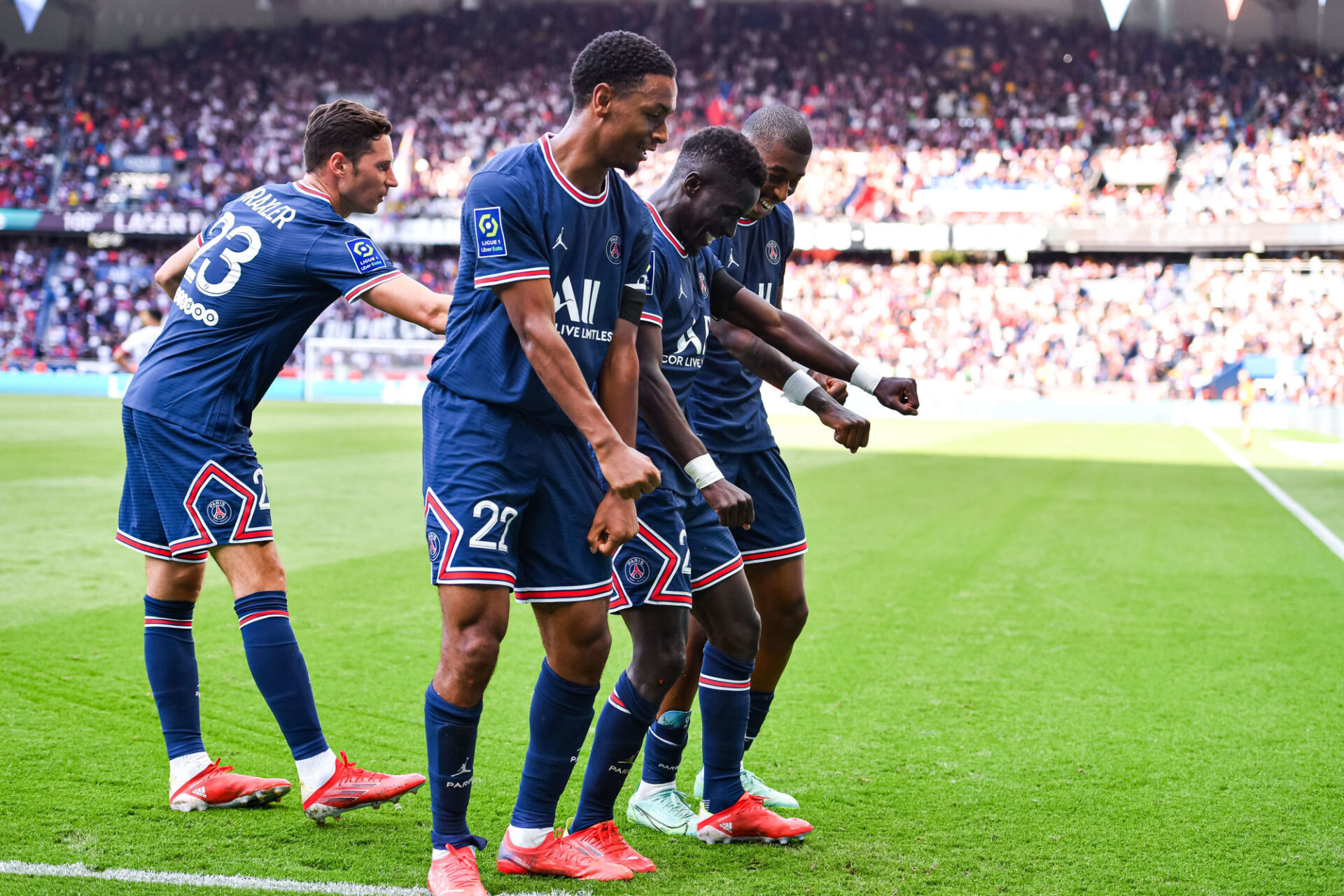 A la fête, les Parisiens célèbrent le quatrième but d'Idrissa Gueye. Icon Sport