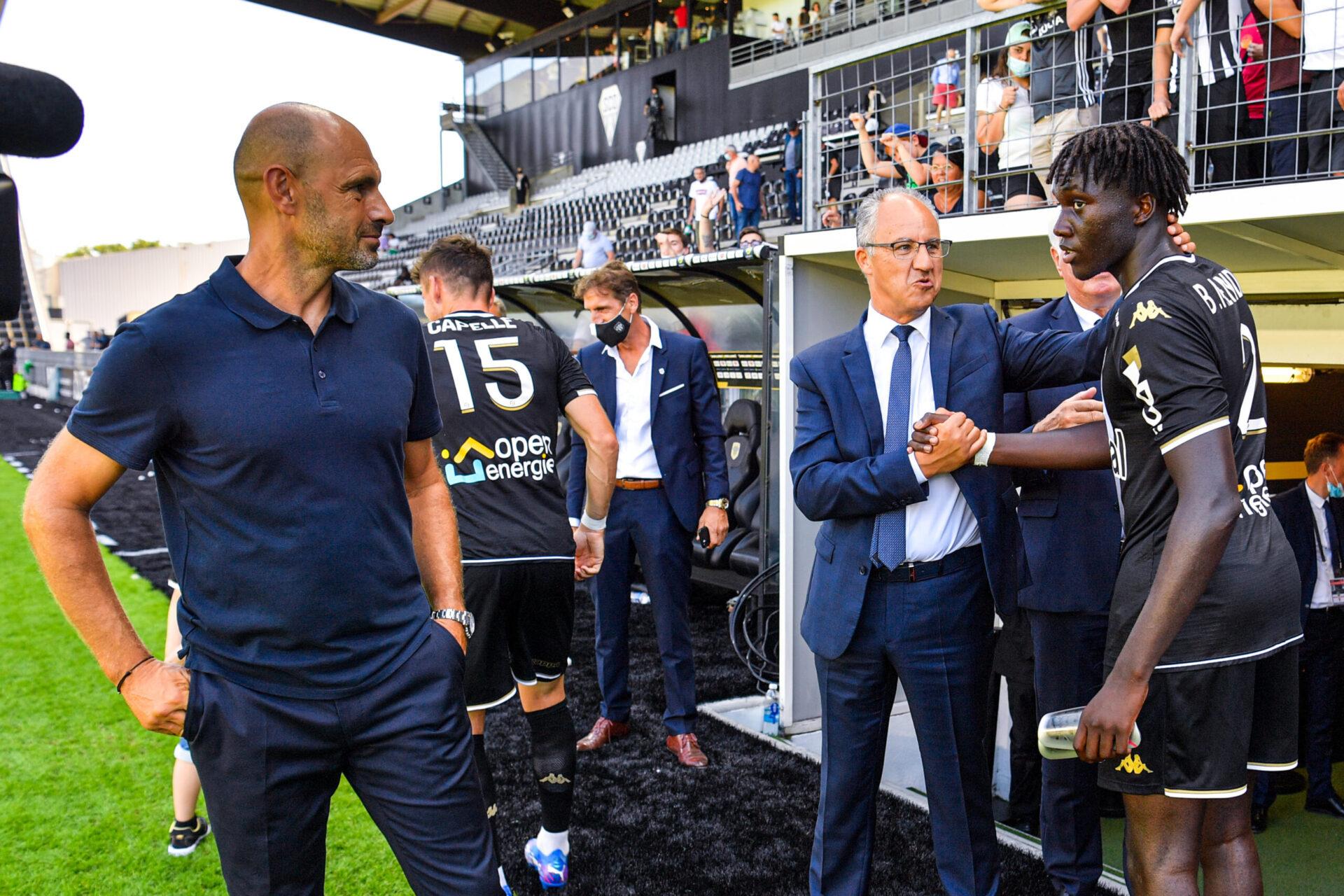 Le président d'Angers, Saïd Chabane, et son entraîneur Gérald Baticle, après la victoire face à Lyon le 15 août 2021. Icon Sport