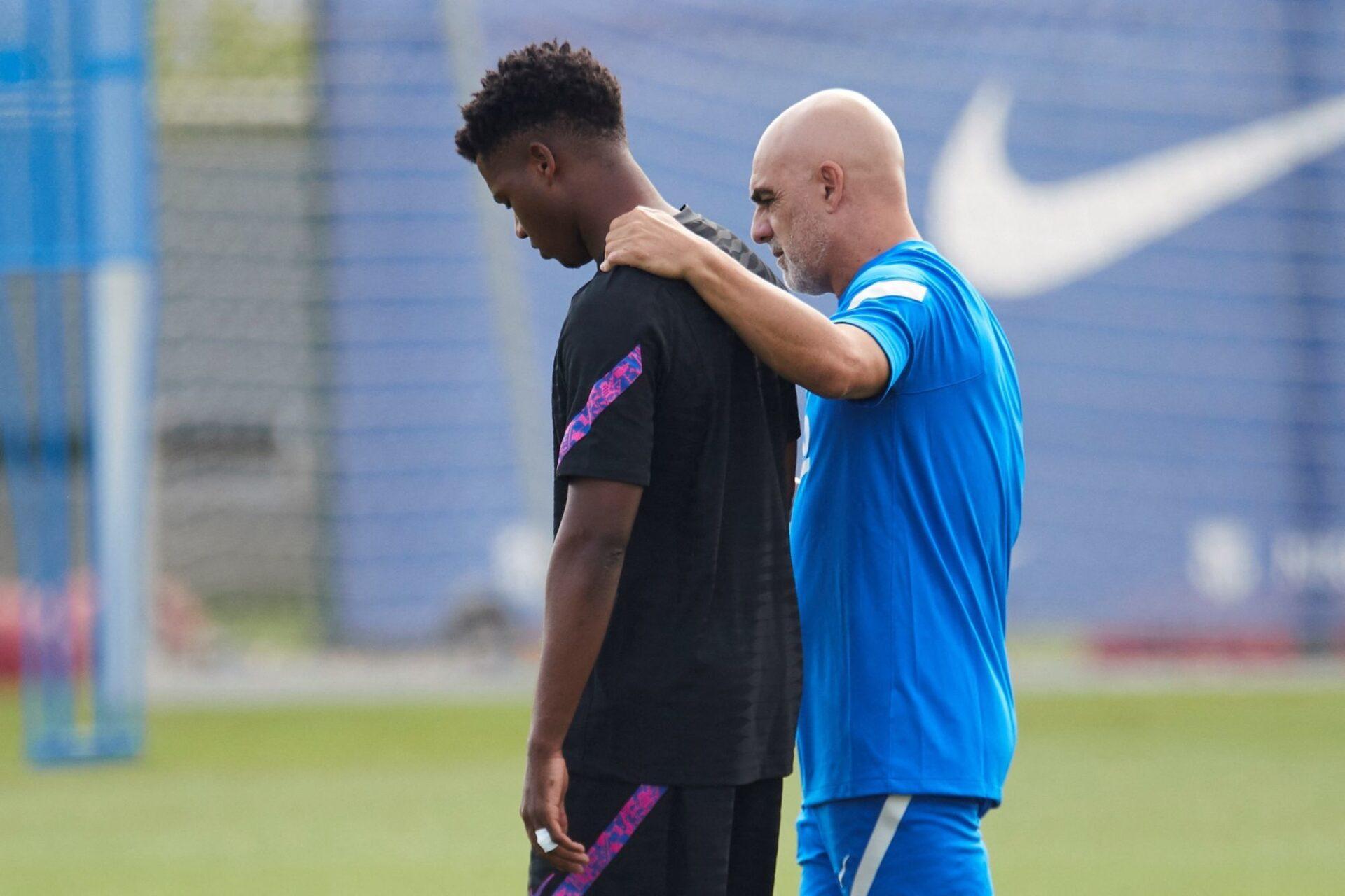 Ansu Fati réconforté par le kiné du Barça José de la Fuente. Icon Sport