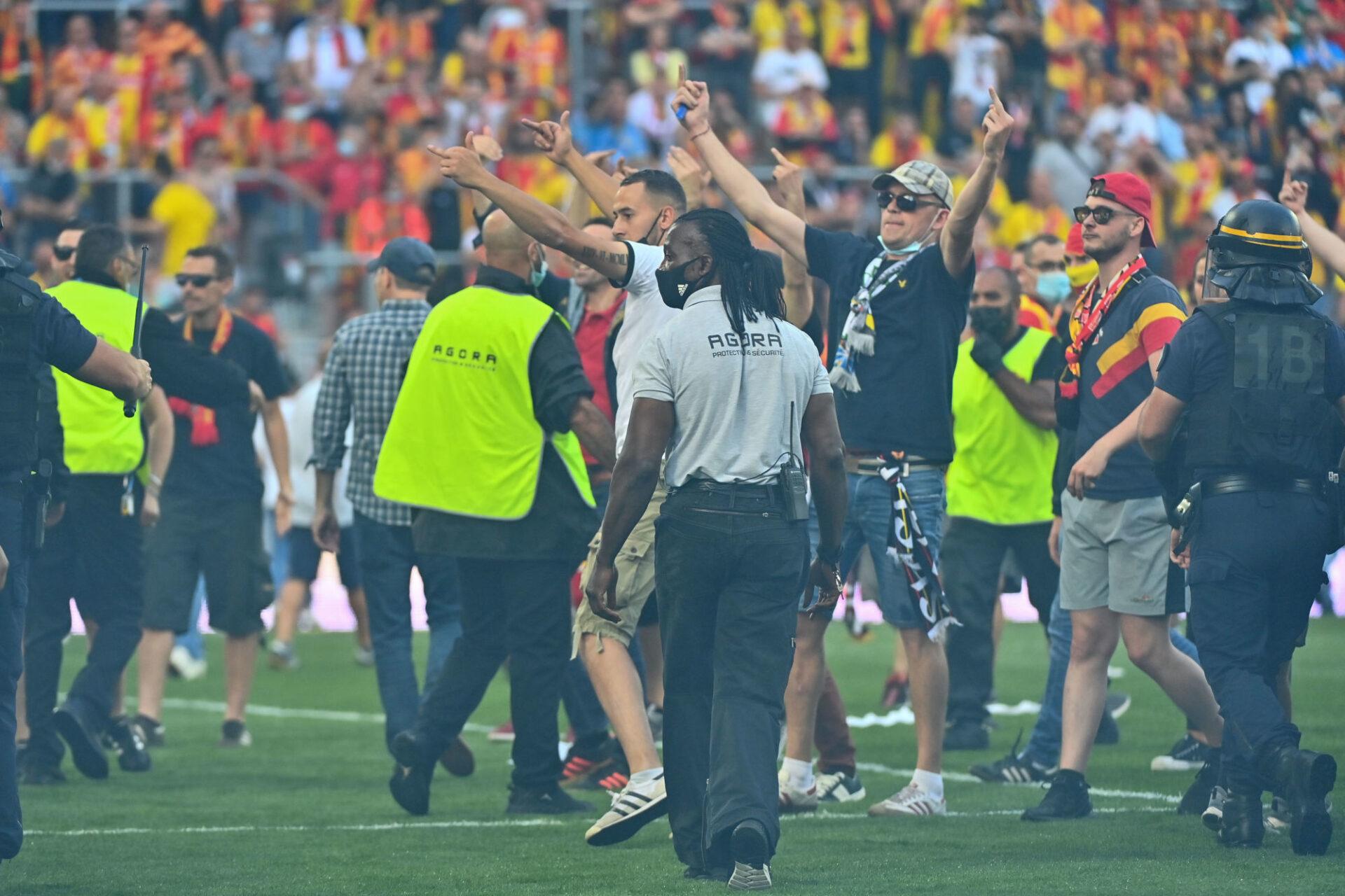 Des fans de Lens envahissent la pelouse lors du derby contre le LOSC. Icon Sport