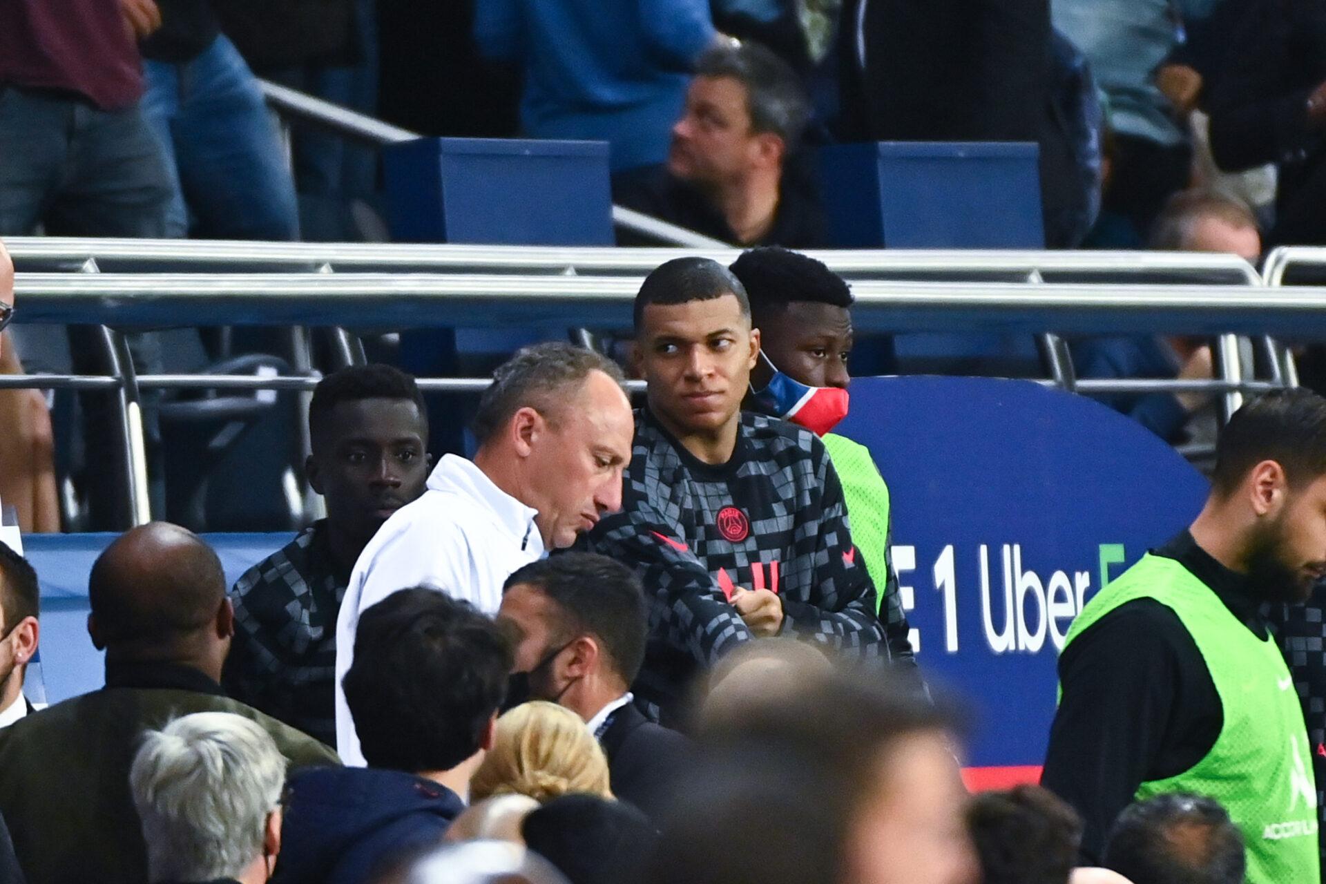 Kylian Mbappé a fait part de sa frustration à Idrissa Gueye, à sa sortie contre Montpellier. Icon Sport
