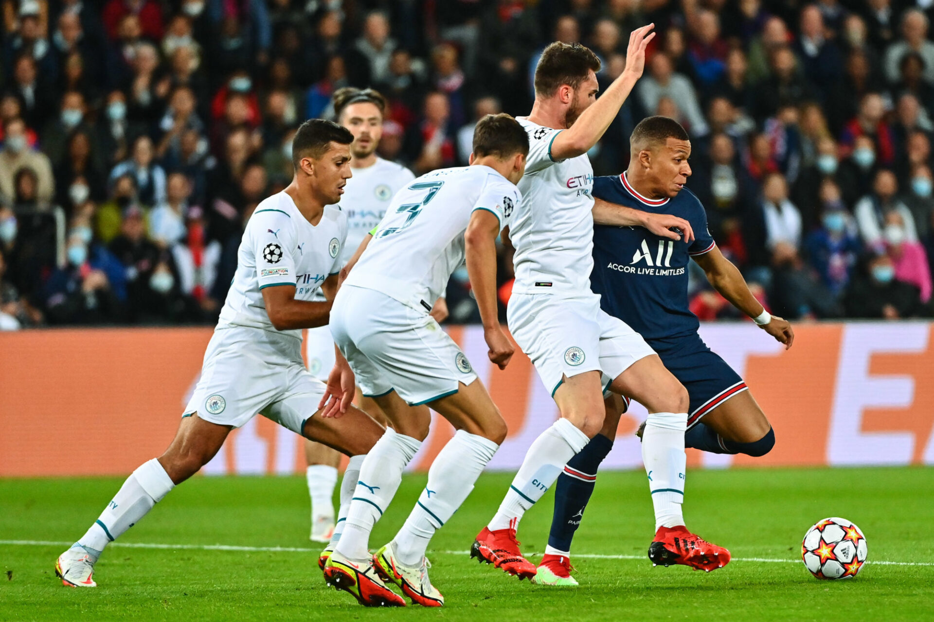 Kylian Mbappé a tenté l'impossible au milieu de trois joueurs de Manchester City (11e). Icon Sport