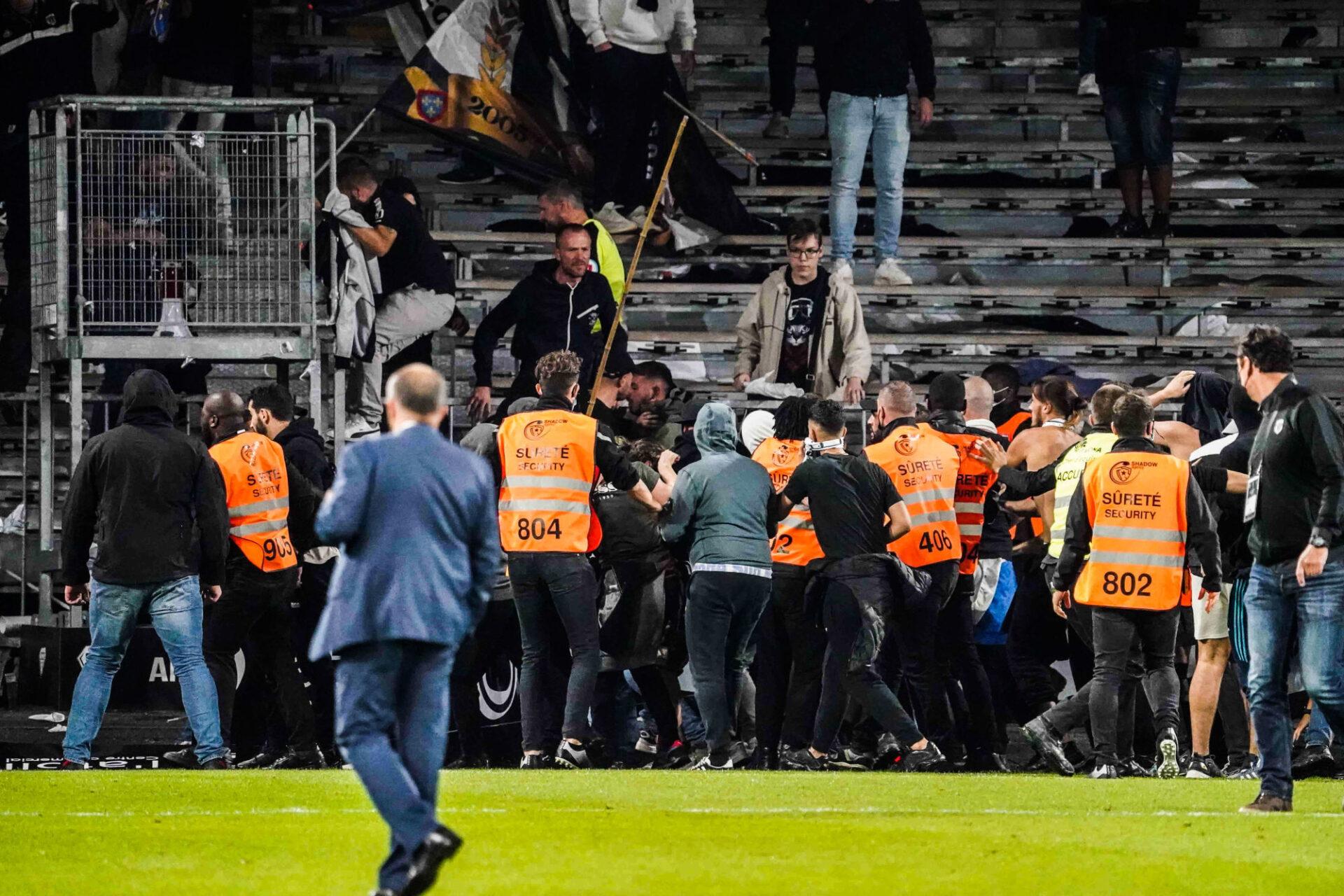 Des supporters de l'OM ont pénétré sur la pelouse du stade d'Angers pour en découdre avec des fans d'Angers qui leur avaient envoyé des projectiles dans les tribunes. Icon Sport