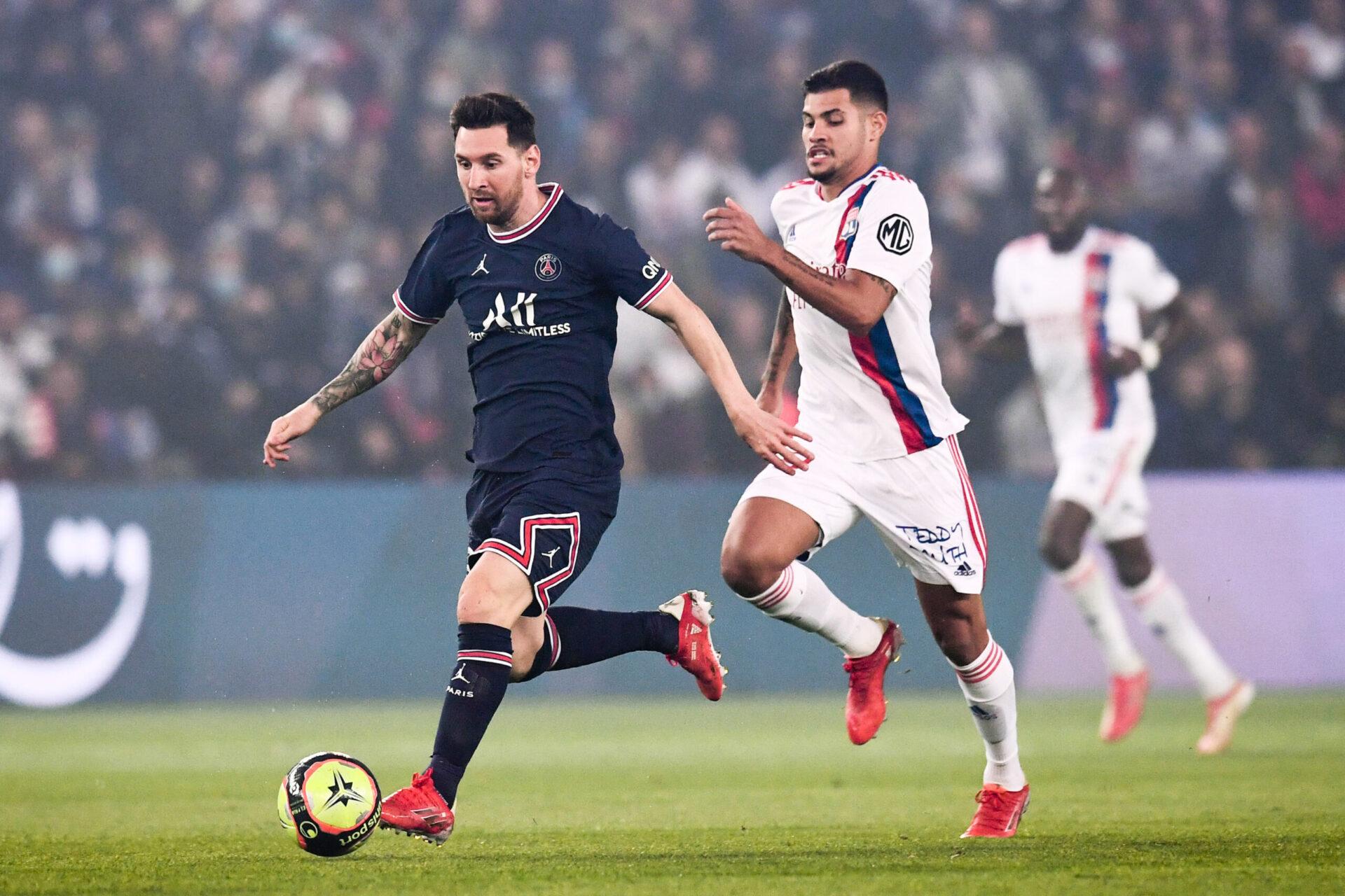Touché au genou contre Lyon, Lionel Messi s'est testé durant de longues secondes sur la pelouse du Parc des Princes avant son remplacement (iconsport)