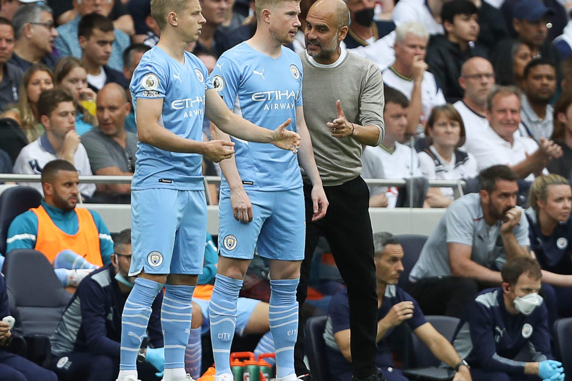 Pep Guardiola, aux côtés de Kevin De Bruyne et Oleksandr Zinchenko, lors de la rencontre de Premier League face à Norwich. Icon Sport