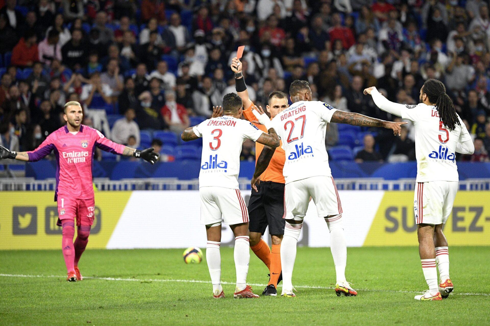 Emerson a été exclu dès la quinzième minute de jeu contre le FC Lorient, provoquant l'incompréhension chez les joueurs lyonnais. Icon Sport