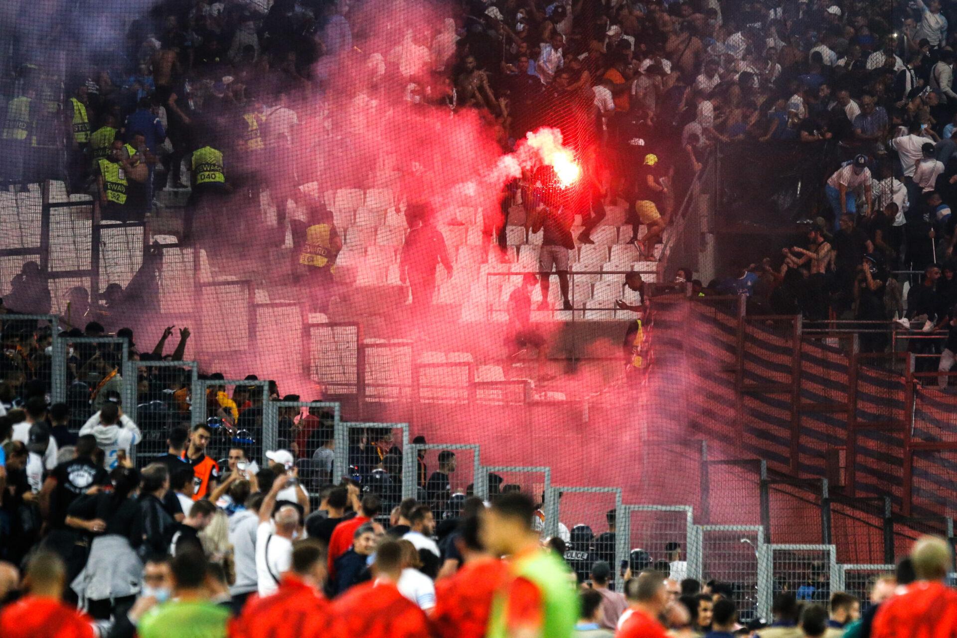Le match a été interrompu presque dix minutes en fin de première période suite au comportement des supporters de Galatasaray (iconsport)