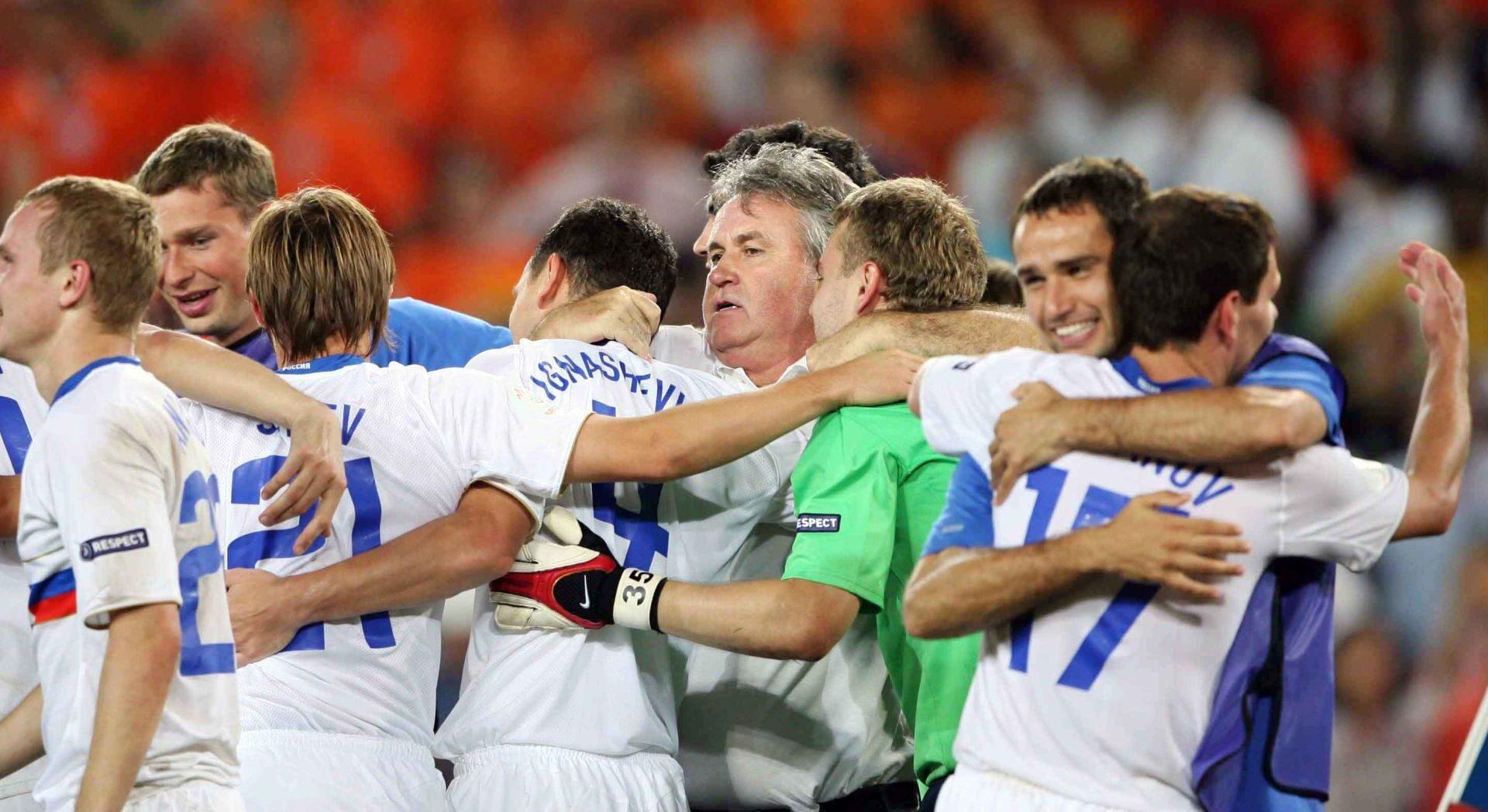 Guus Hiddink entouré par ses joueurs après la victoire de la Russie en quart de l'Euro 2008 face aux Pays-Bas. Icon Sport