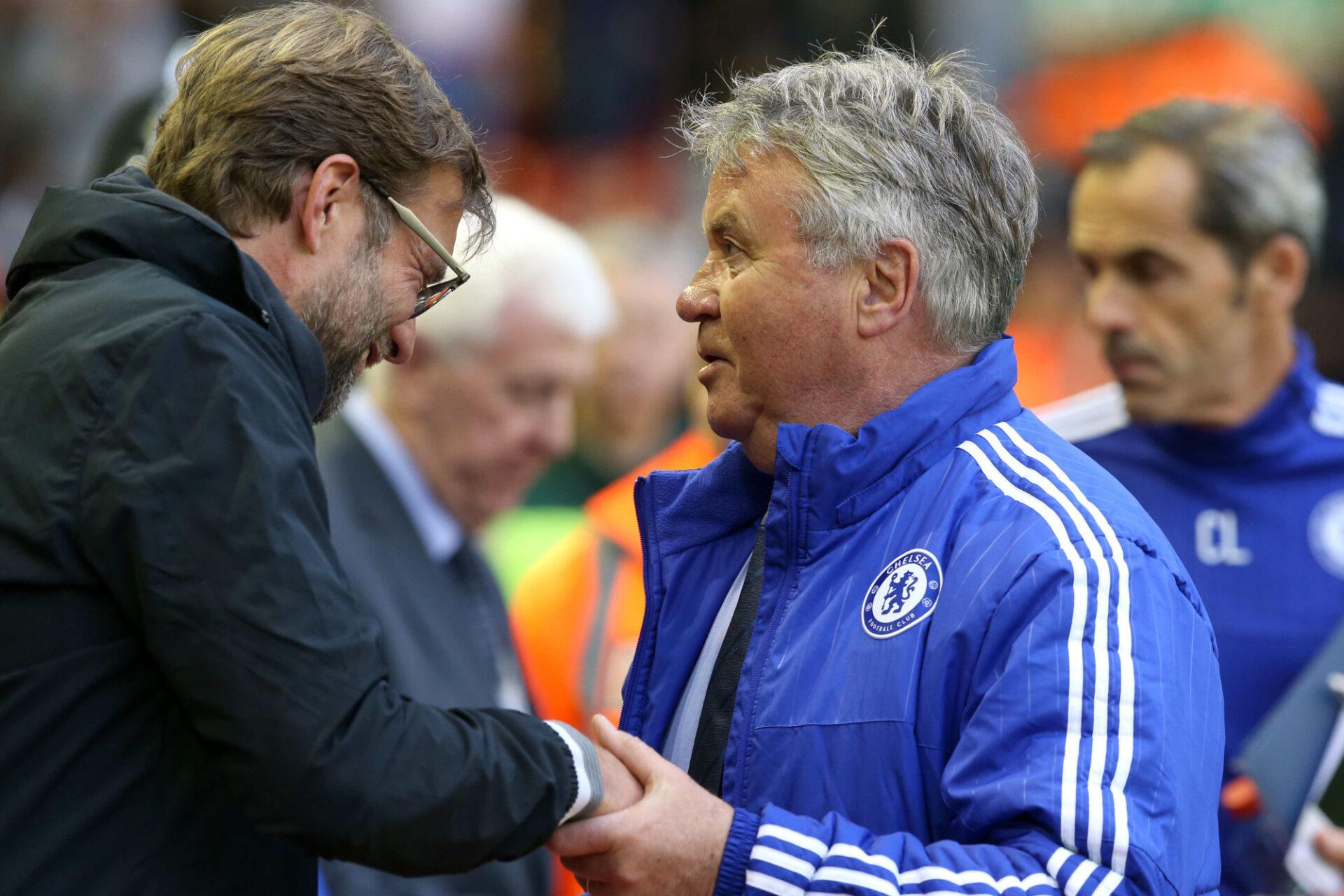 Guus Hiddink en 2016 avec Chelsea avant le match de Premier League contre le Liverpool de Jürgen Klopp. @iconsport