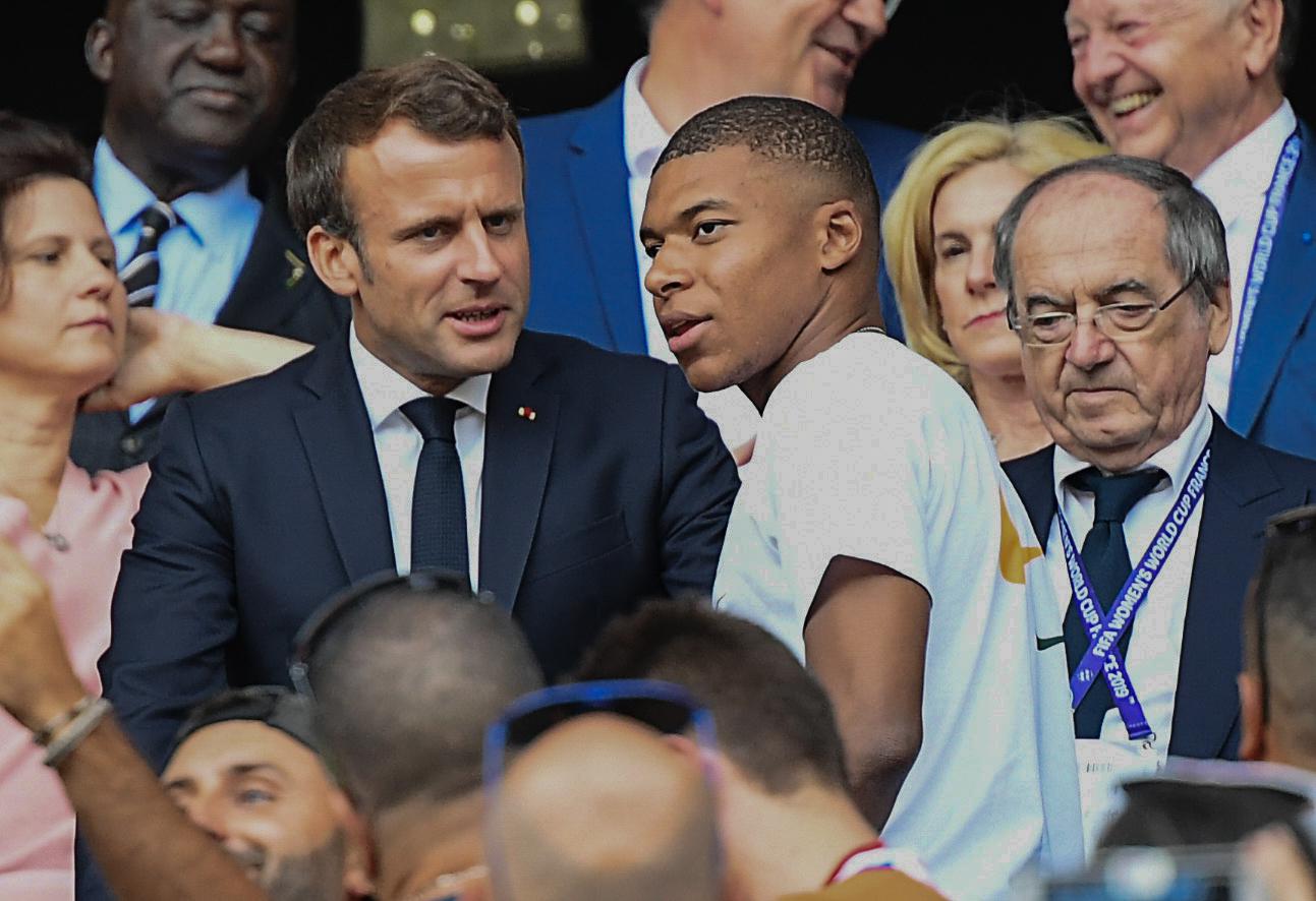 Emmanuel Macron en compagnie de Kylian Mbappé (IconSport)