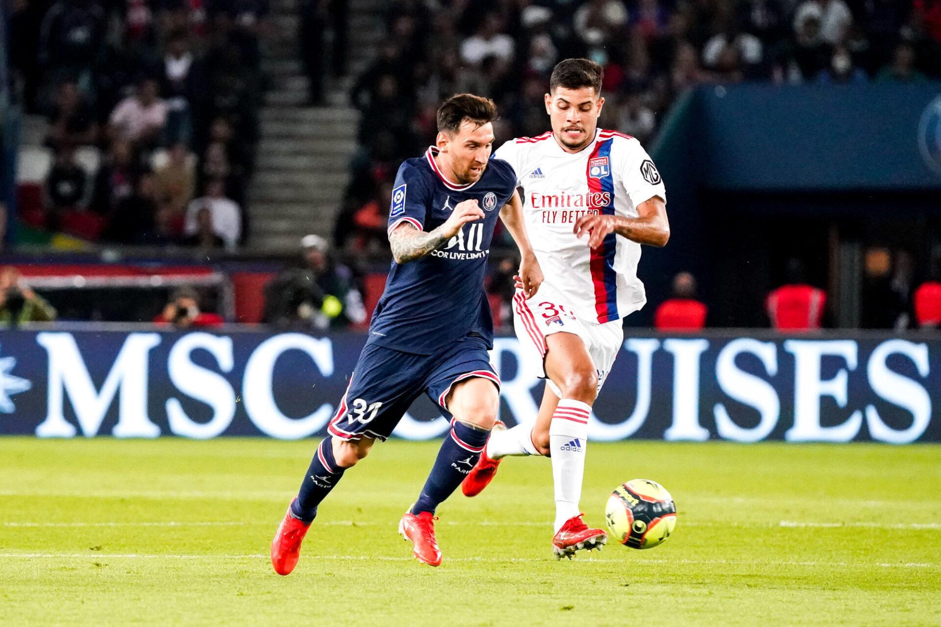 Lionel Messi et Bruno Guimarães ne se sont pas quittés lors de la rencontre après leur étreinte juste avant le coup d'envoi... Icon Sport