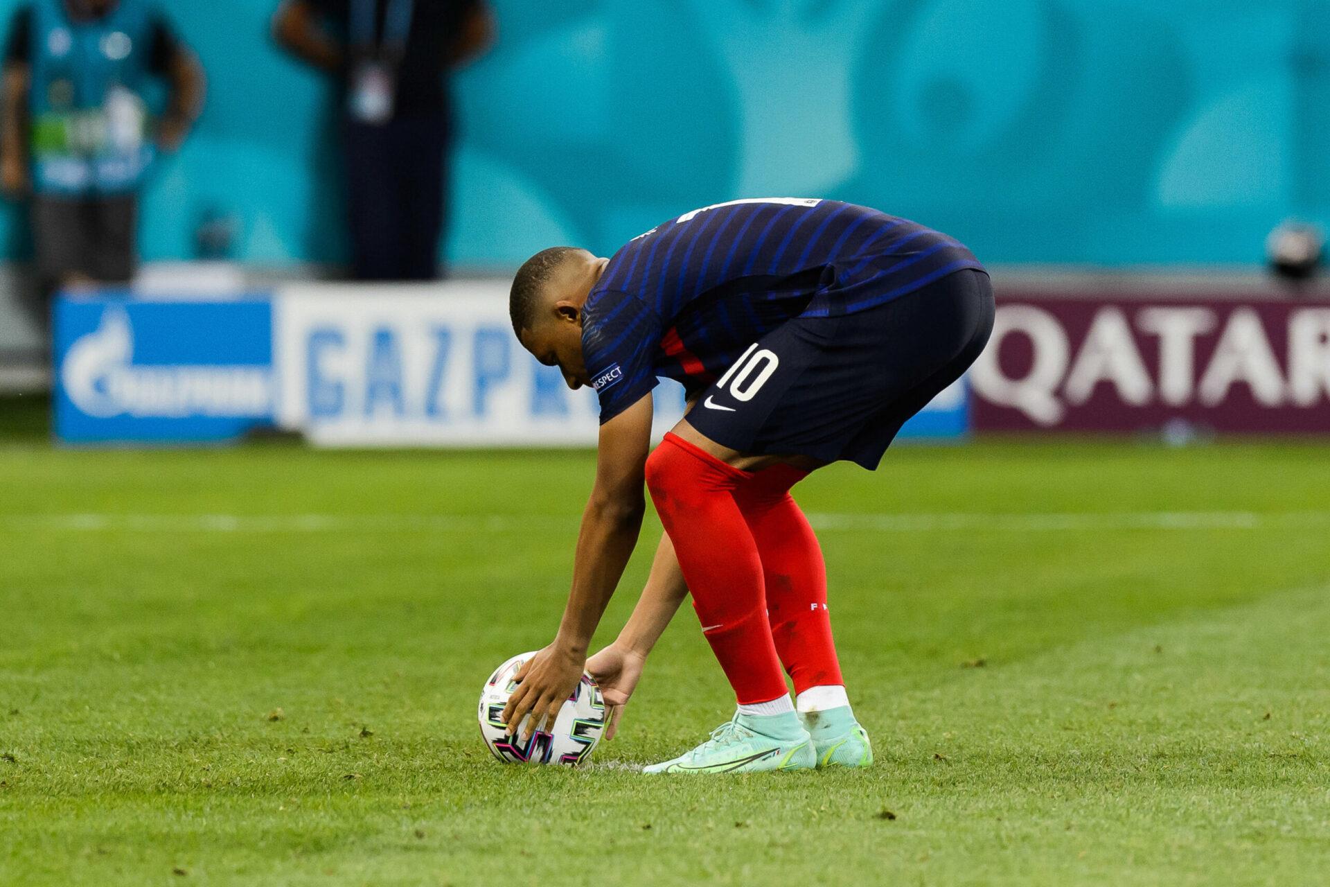 Kylian Mbappé avant de tirer son penalty lors du match contre la Suisse lors de l'Euro 2021 (IconSport)