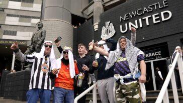 De nombreux supporters de Newcastle ont porté des vêtements traditionnels saoudiens face à Tottenham (iconsport)