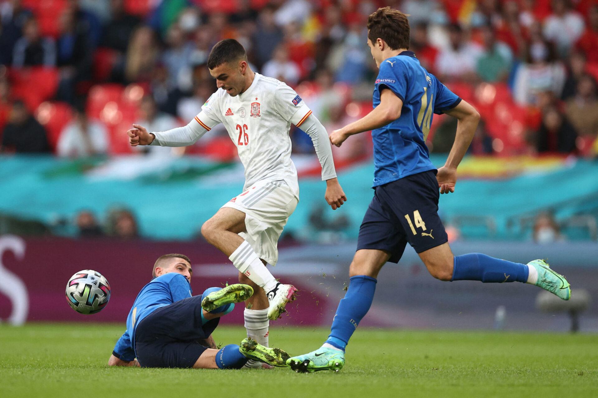 Pedri, à la lutte avec Marco Verratti en demi-finale de l'Euro 2020 contre l'Italie à Wembley. Icon Sport