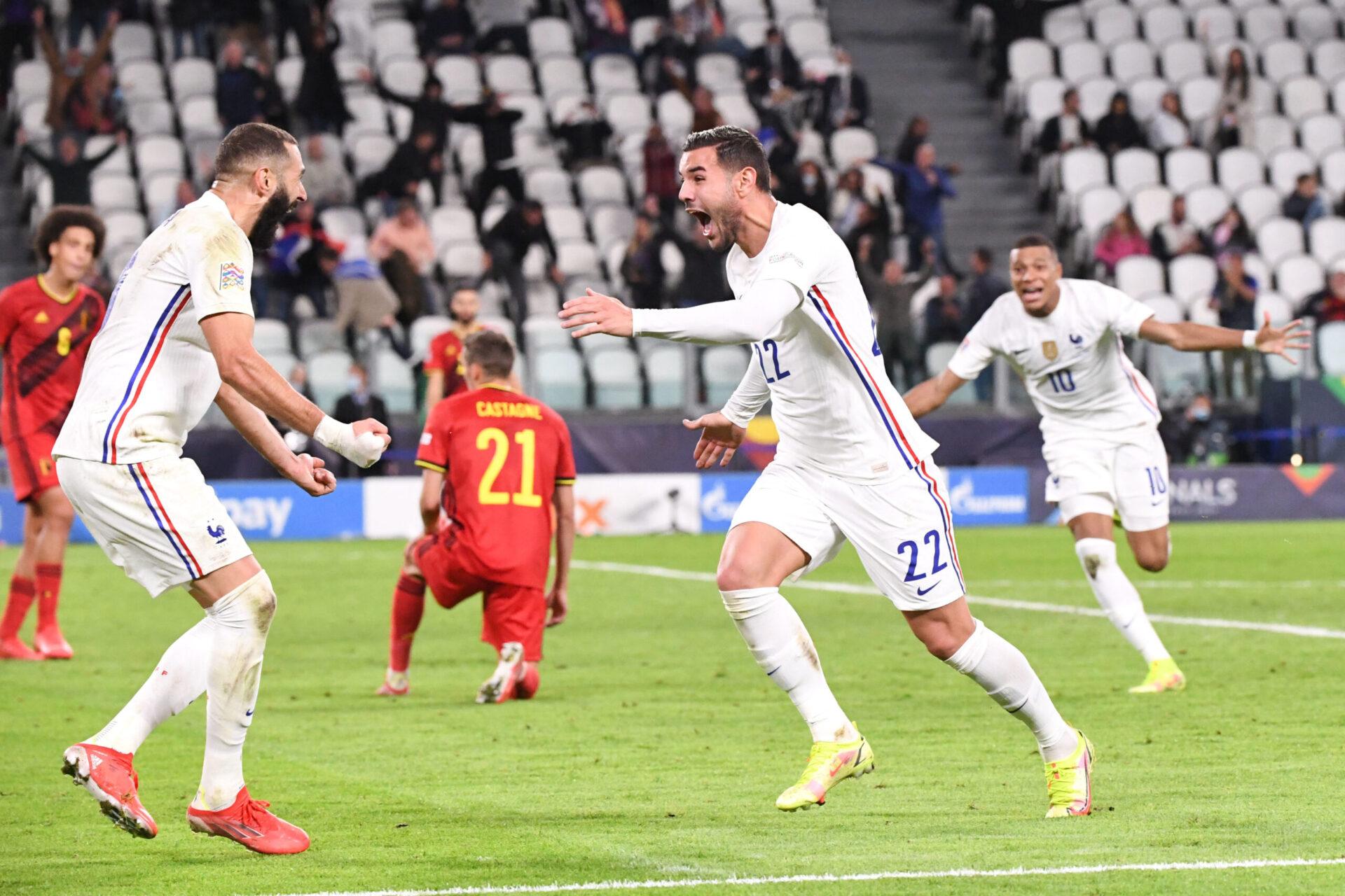 Benzema, Mbappé et Théo Hernandez fêtent le troisième but de l'équipe de France dans le temps additionnel. Icon Sport