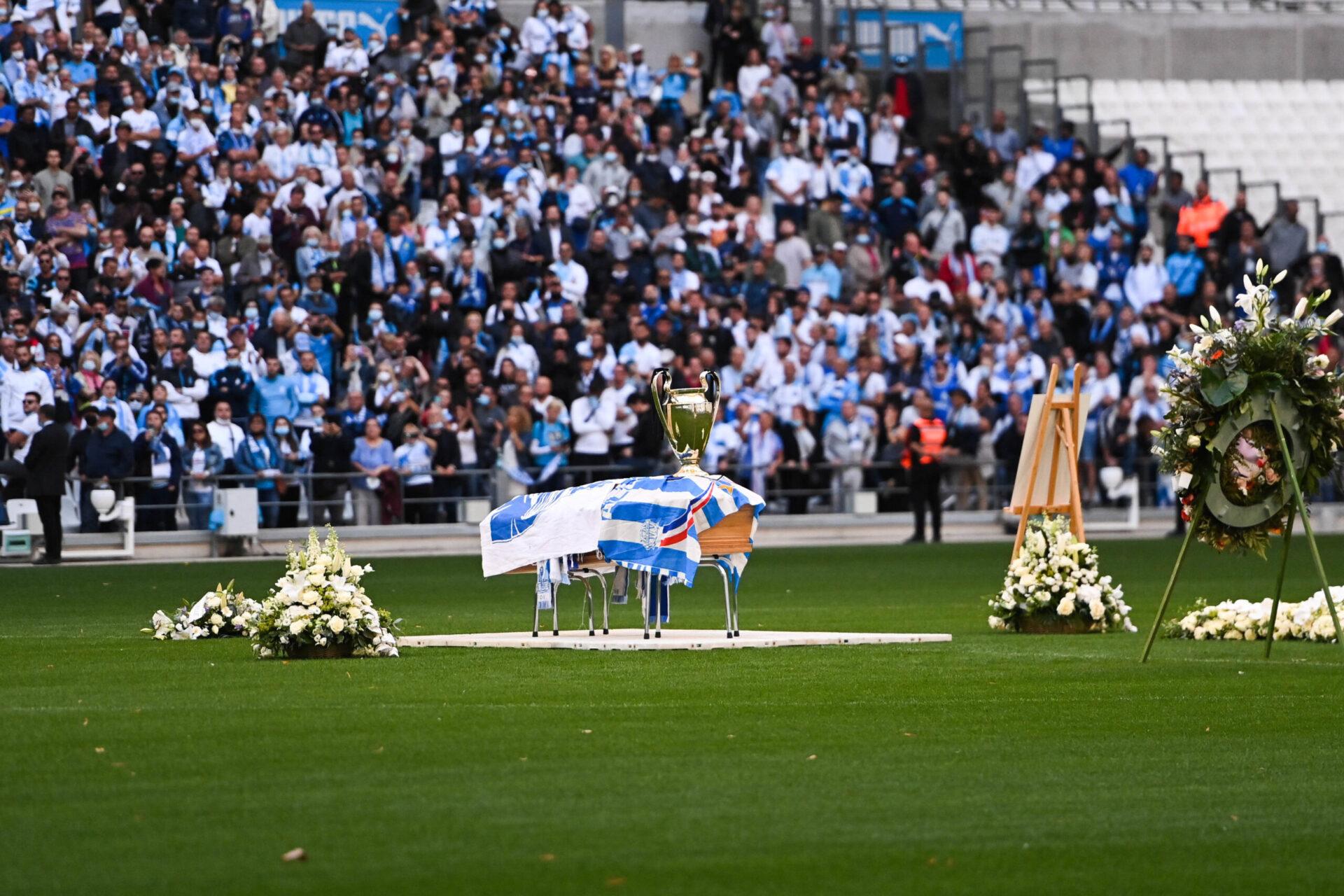 Le cercueil de l'ancien président du club a été installé au centre de la pelouse avec le trophée de la Ligue des champions 1993 (iconsport)