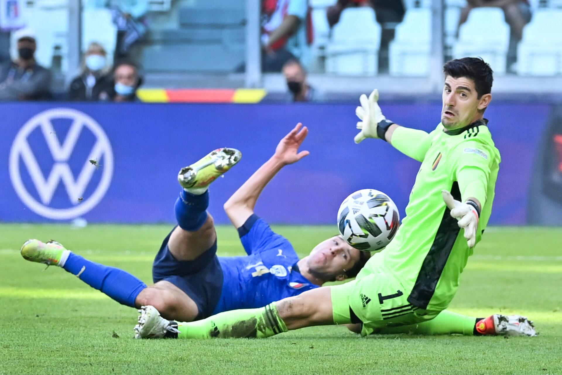 Thibaut Courtois face à Federico Chiesa lors du match entre la Belgique et l'Italie (IconSport)