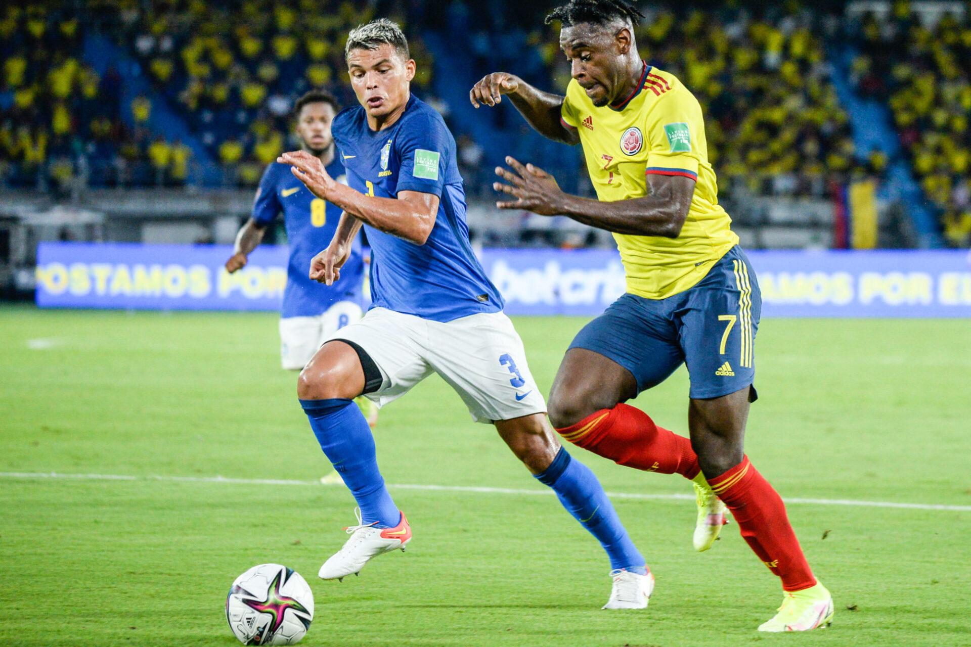 Thiago Silva au duel avec Duvan Zapata lors du match nul contre la Colombie (0-0), dimanche 10 octobre. Icon Sport