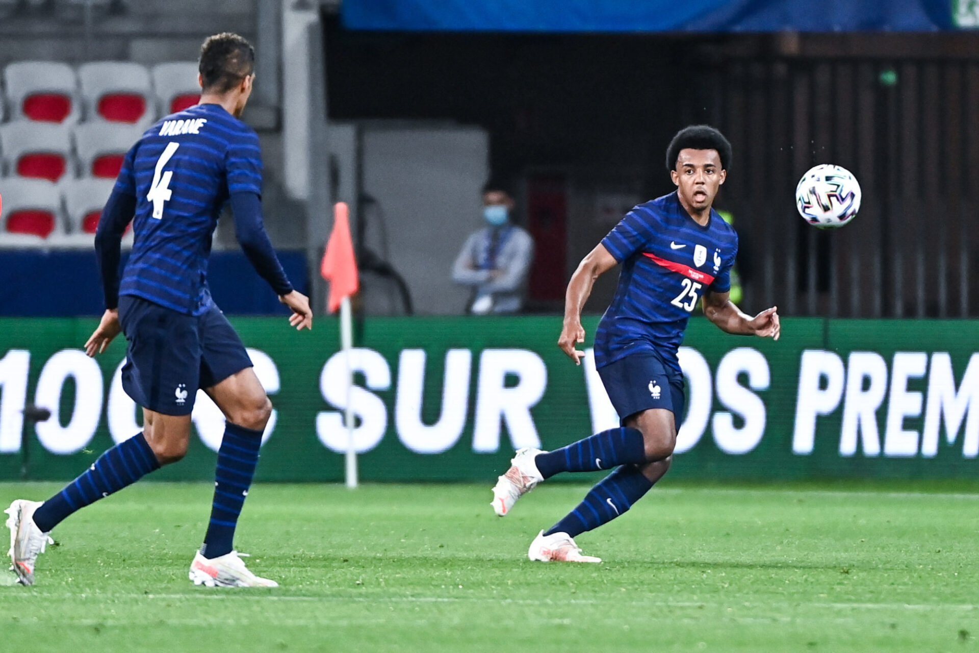 Raphaël Varane et Jules Koundé manquent logiquement de repères dans un système à trois défenseurs, qu'ils ne maîtrisent pas encore. Icon Sport