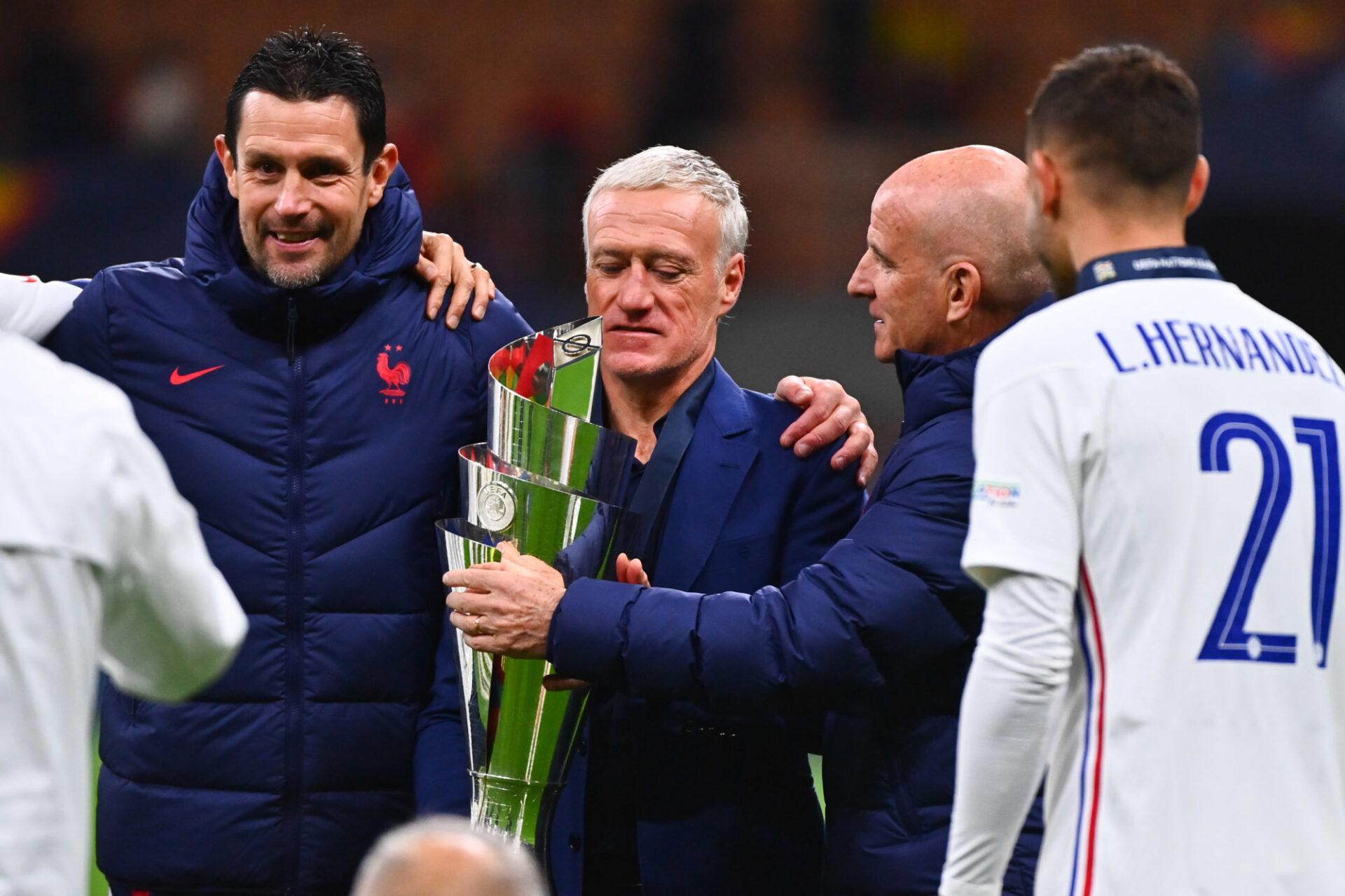 Didier Deschamps avec le trophée de la Ligue des nations. Icon Sport