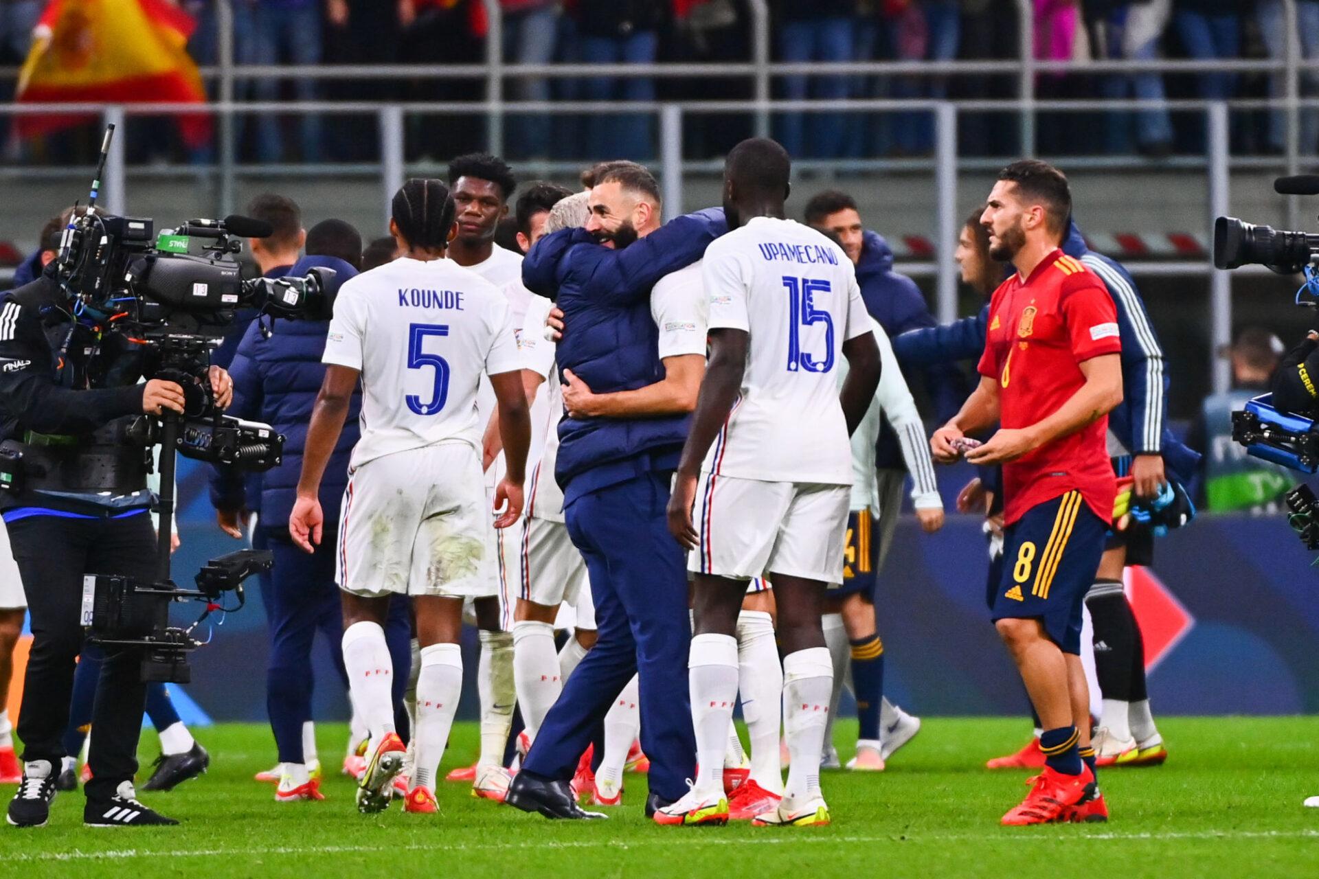 Deschamps est tombé dans les bras de Karim Benzema, qui a remporté son premier titre avec l'équipe de France. Icon Sport