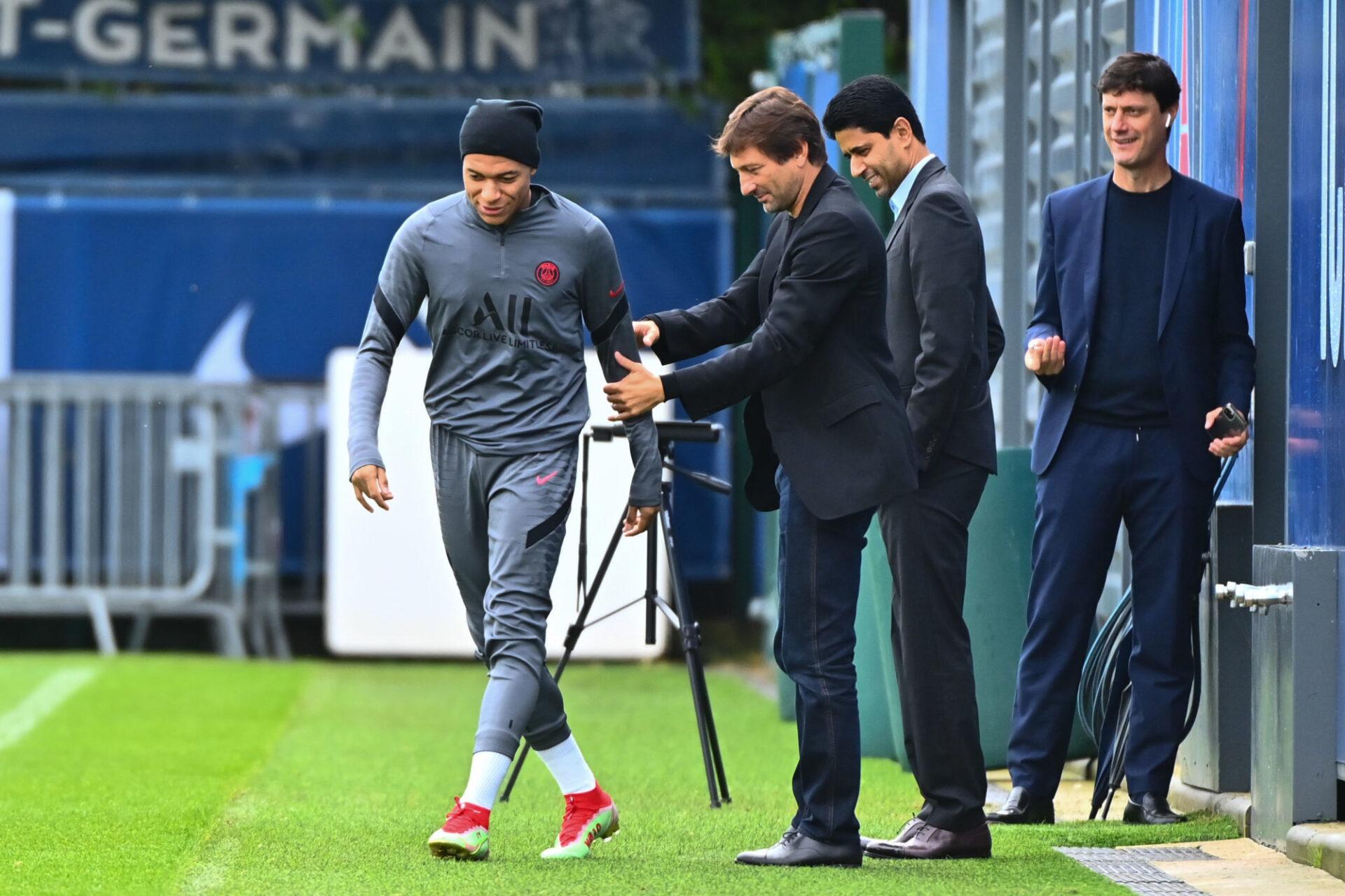 Leonardo et Nasser al-Khelaïfi veulent toujours prolonger Kylian Mbappé au PSG, afin de satisfaire les exigences de l'émir du Qatar. Icon Sport